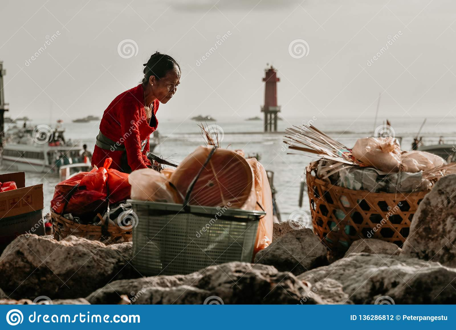 Alte Frau, wenn vorher Waren über der Badungs-Straße vorbereitet werden