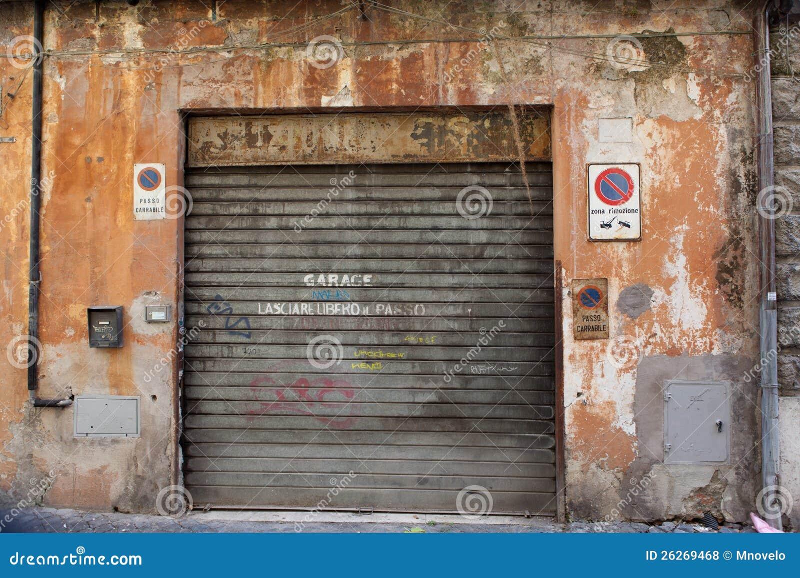 alte garage stockfoto bild von redecorate geschlossen 26269468. Black Bedroom Furniture Sets. Home Design Ideas