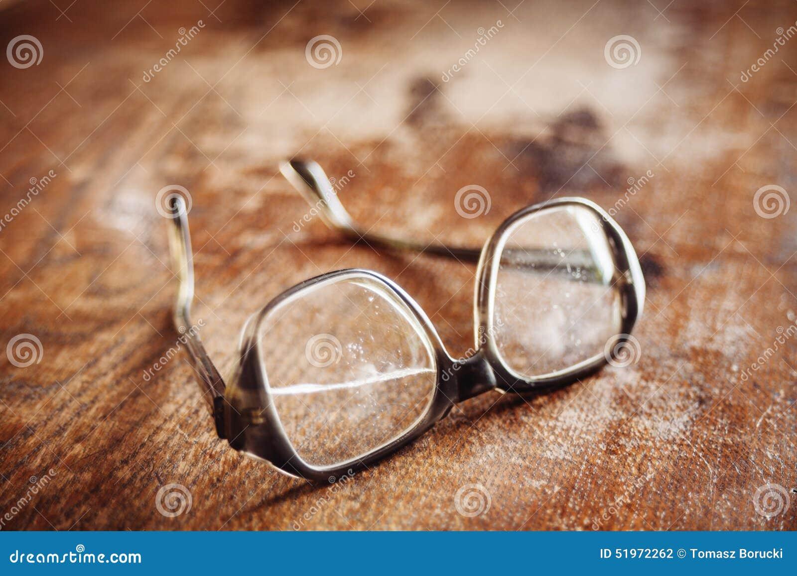 Alte Gläser auf Holzoberfläche