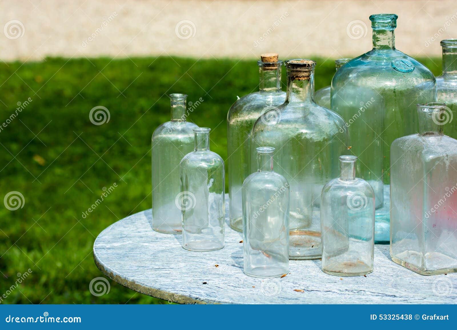 alte glasflaschen auf tabelle stockfoto bild von gr e verkauf 53325438. Black Bedroom Furniture Sets. Home Design Ideas
