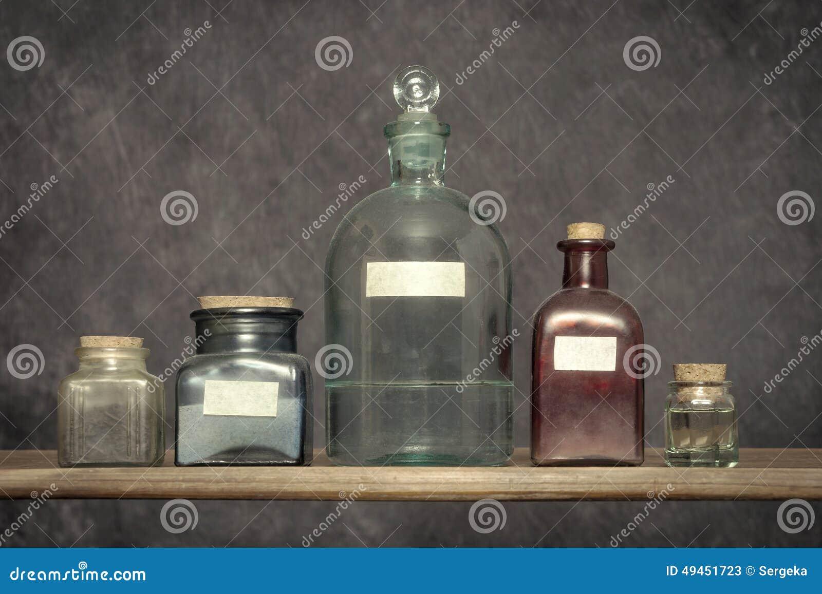 Alte Glasflaschen sind in einem Labor