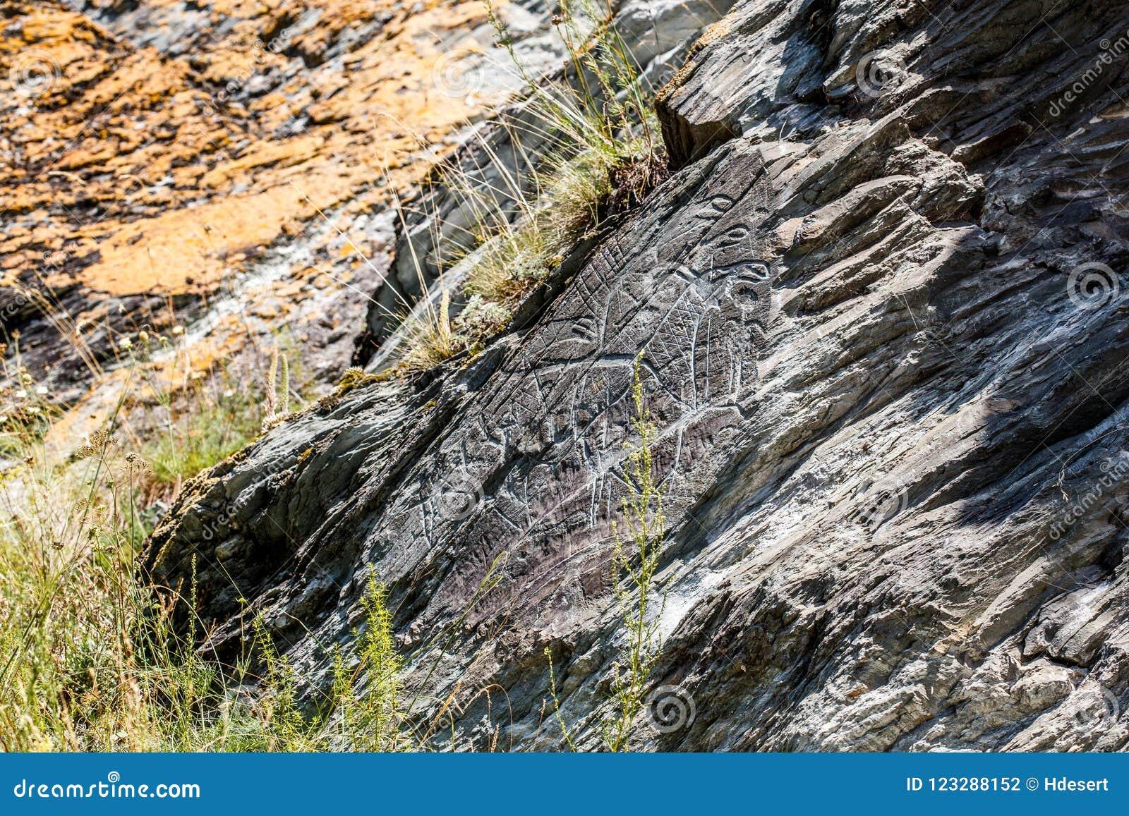 Alte Höhlenzeichnungen und Schnitzen, Petroglyphen auf Wand Sibirien, Russland