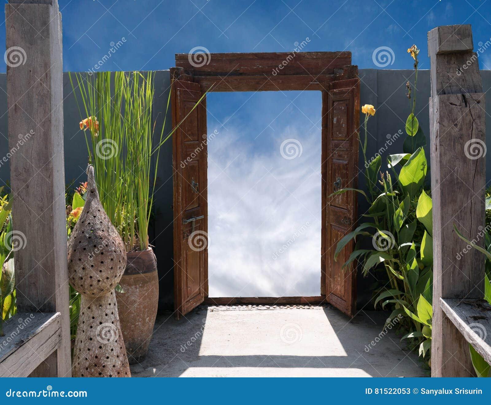 Download Alte Hölzerne Offene Tür Im Garten Stockbild   Bild Von Blume,  Zuhause: 81522053