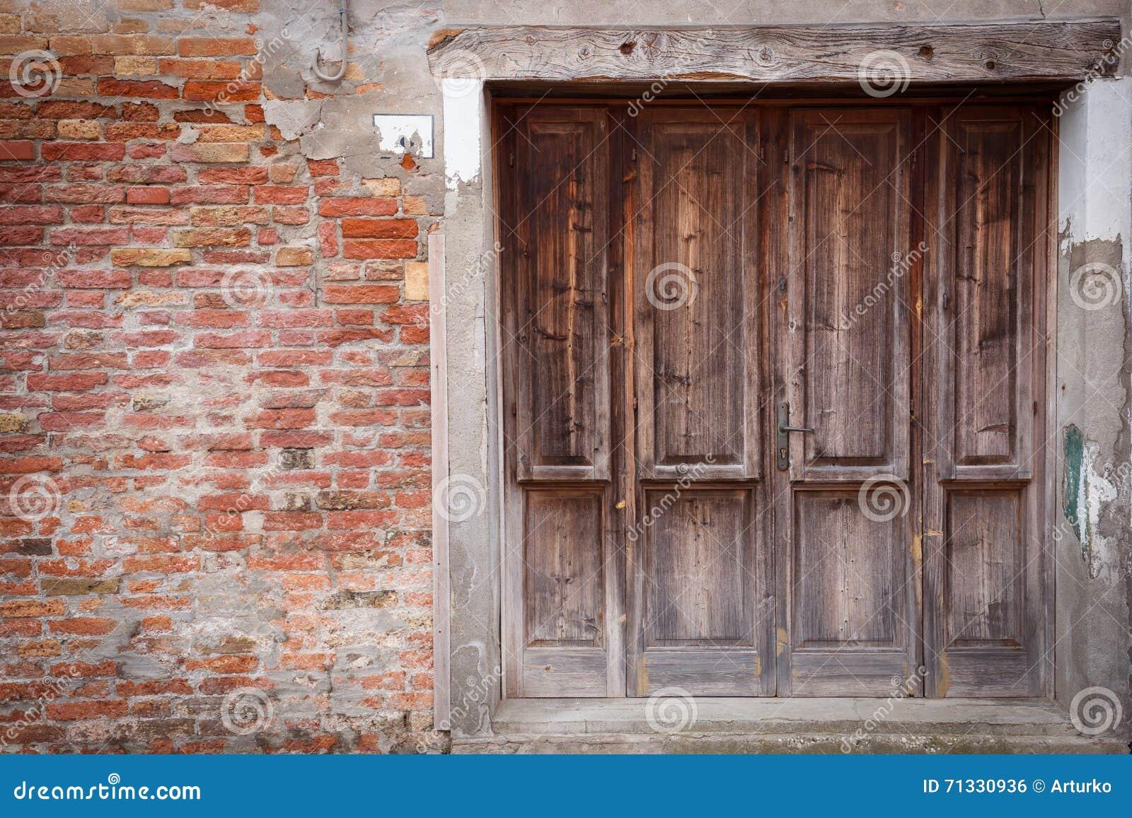 Verschlossene tür  Alte Hölzerne Verschlossene Tür Mit Schalenfarbe Stockfoto - Bild ...