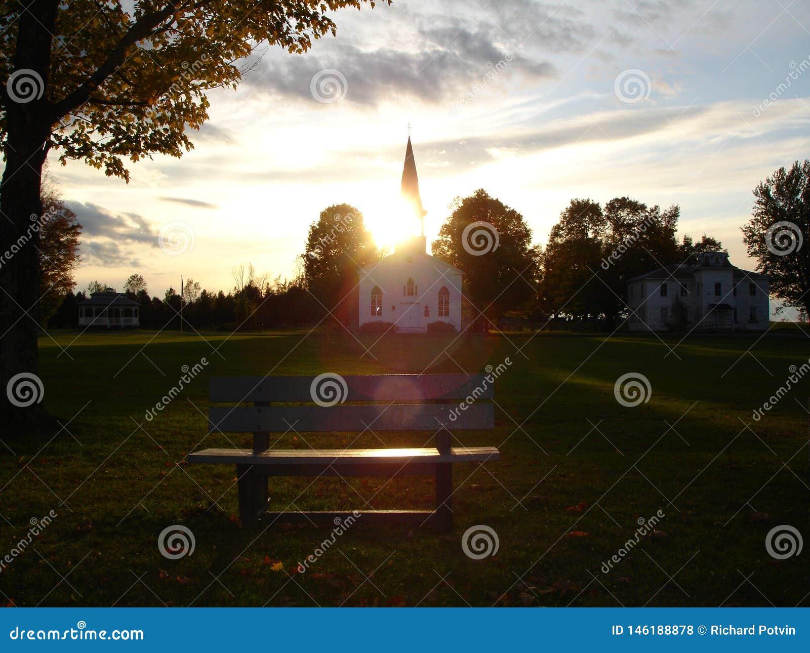 Alte h?lzerne Kirche bei Sonnenuntergang