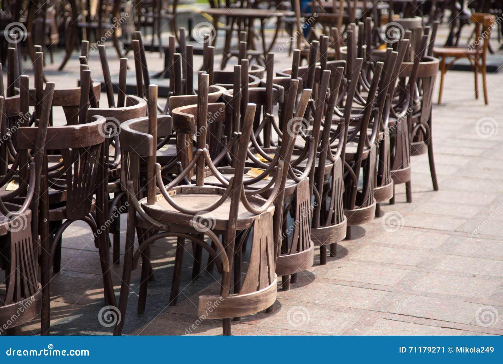 Alte Holzstühle Und Weinlesestühle Stockbild - Bild von ...