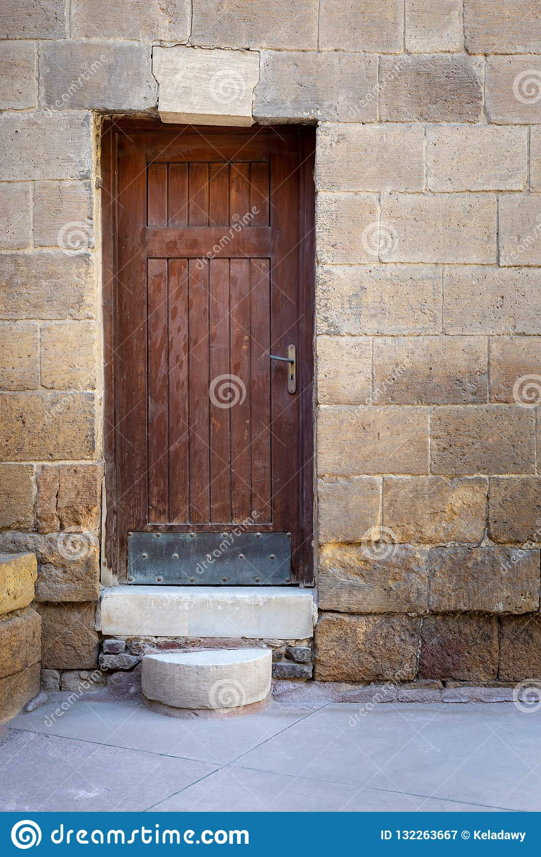 Alte Holztür gestaltet durch Ziegelsteinsteinwand, Darb-Al Ahmar-Bezirk, altes Kairo, Ägypten