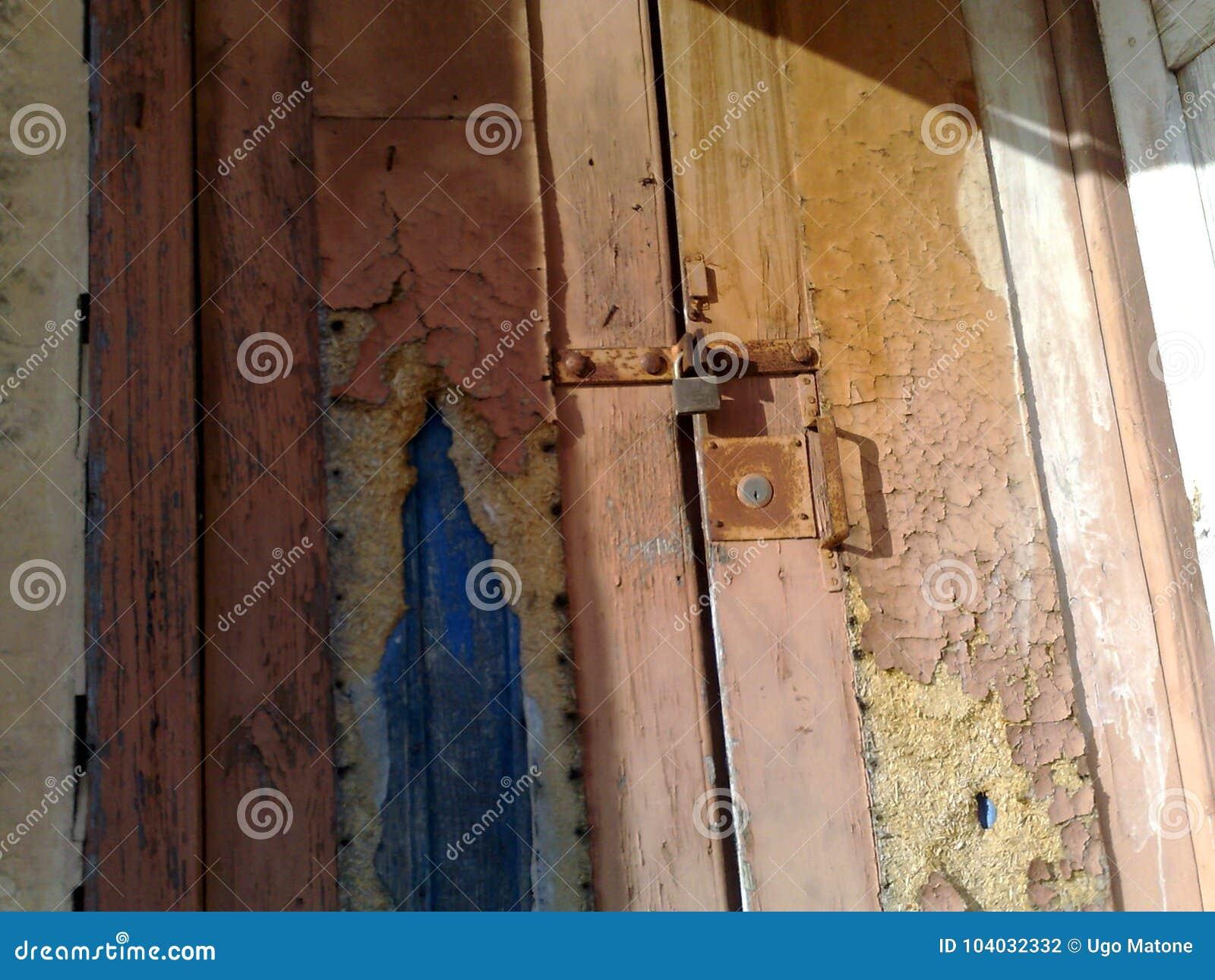 Alte Holztür mit Verschluss