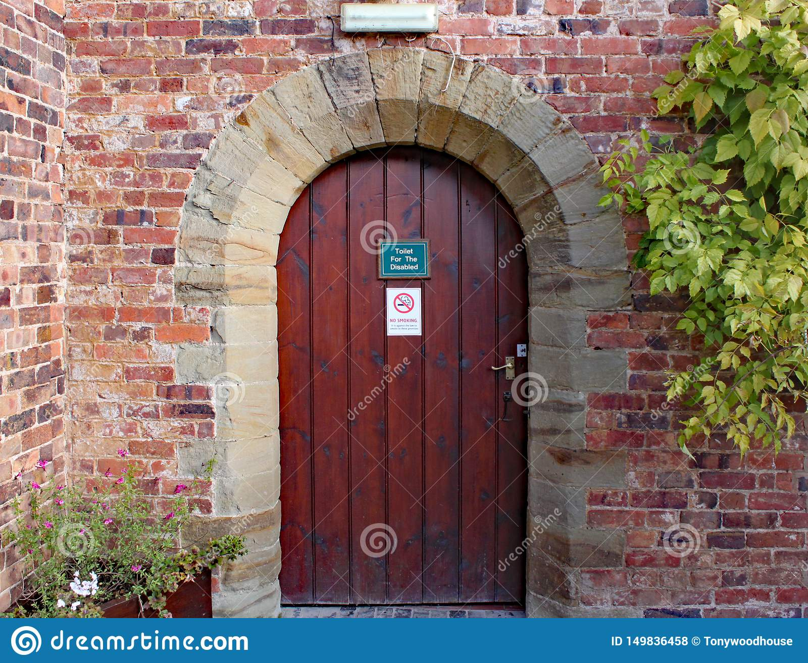 Alte Holztür zu behinderten Toiletten an Arley-Arboretum in den Midlands in England