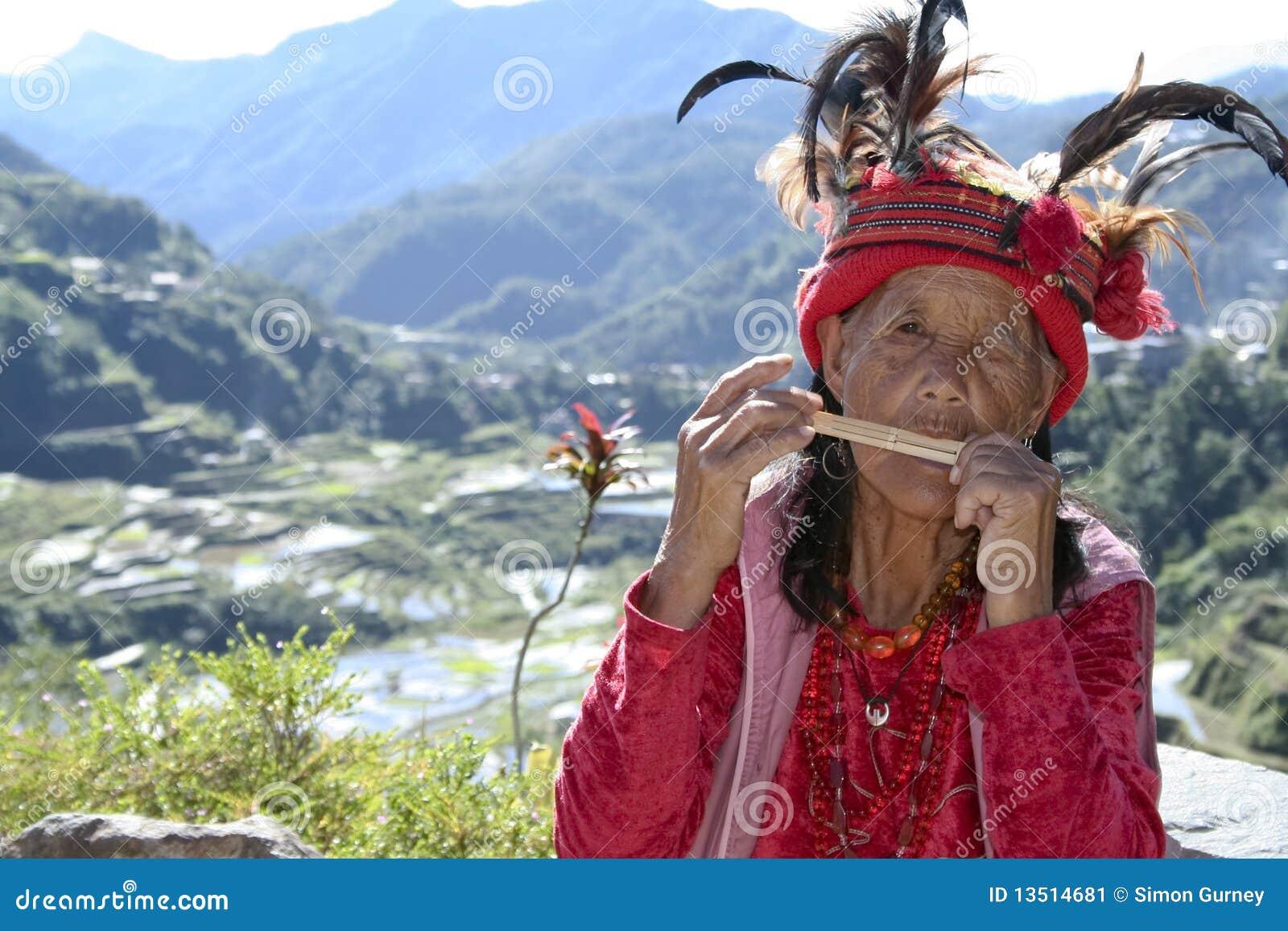 Alte ifugao Frau, die das Musikinstrument trägt traditionelles Kleid ...