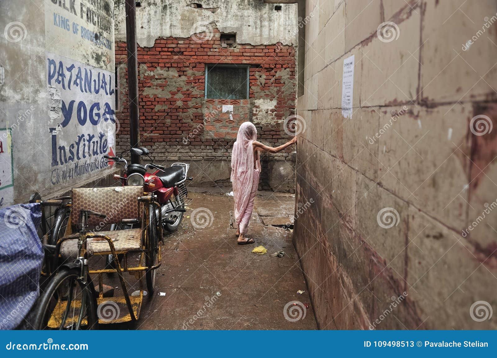 Alte indische Dame in Varanasi