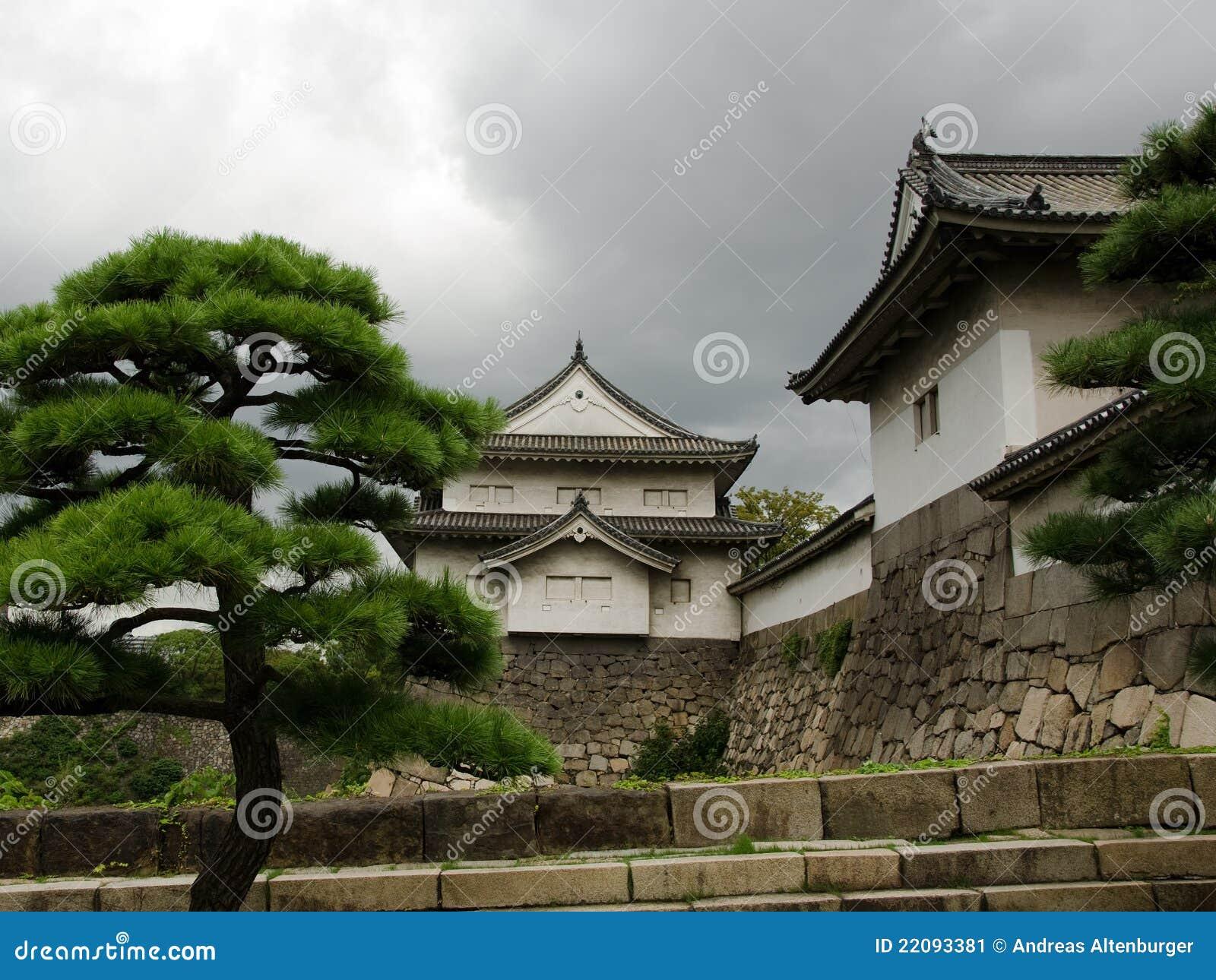 Alte japanische gebäude entlang der verstärkung um osaka ziehen sich
