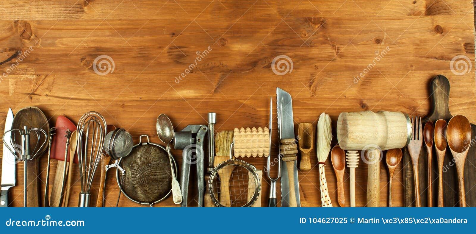 Alte Kuchengerate Auf Einem Holzernen Brett Verkauf Der Kuchenausrustung Chef S Werkzeuge Stockbild Bild Von Verkauf Werkzeuge 104627025