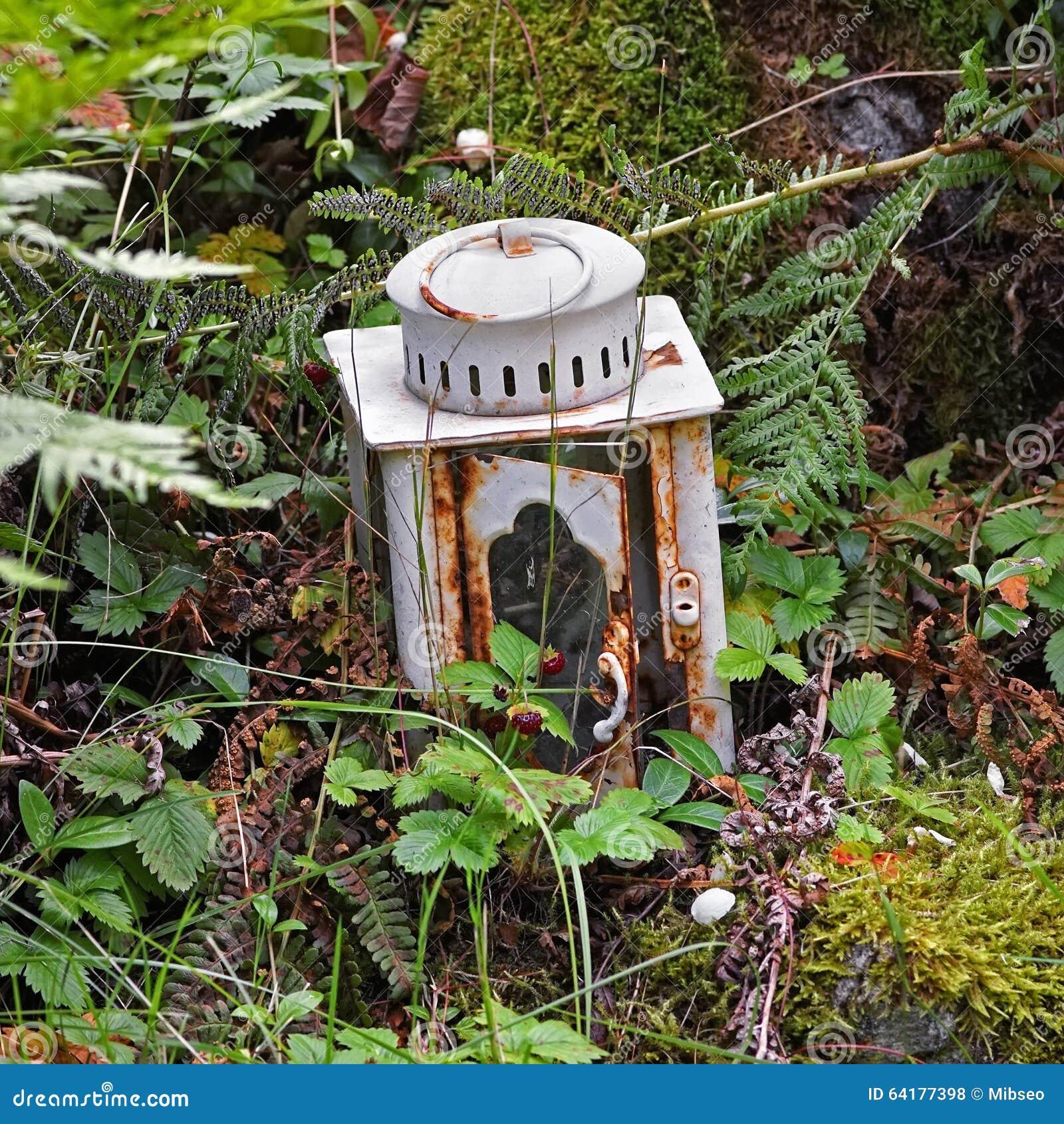 Download Alte Kerzenlampe Eingebettet Im Garten Stockfoto   Bild Von Tür,  Dekorativ: 64177398