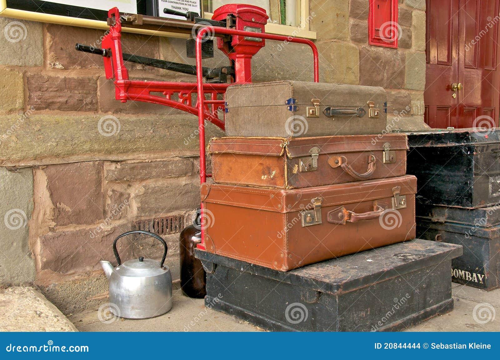 alte koffer und kessel stockbilder bild 20844444. Black Bedroom Furniture Sets. Home Design Ideas