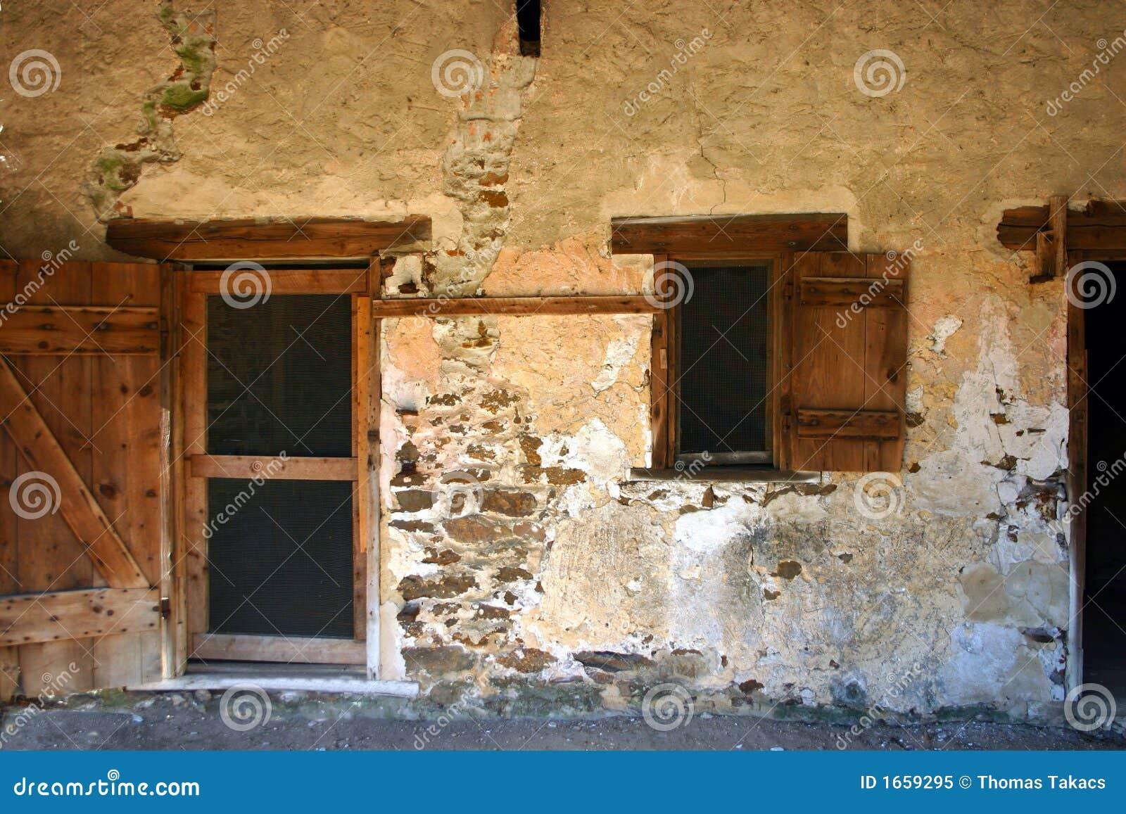 alte landhaus wand stockbild bild von architektur fenster 1659295. Black Bedroom Furniture Sets. Home Design Ideas