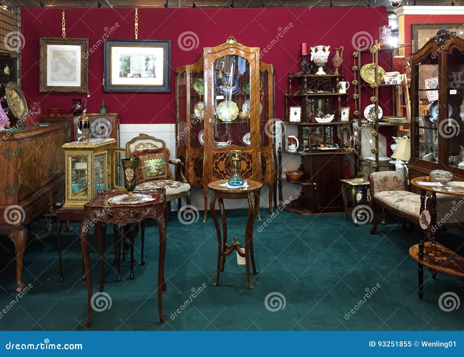 Alte Möbel Für Verkauf Am Antiken Mall Redaktionelles Bild Bild