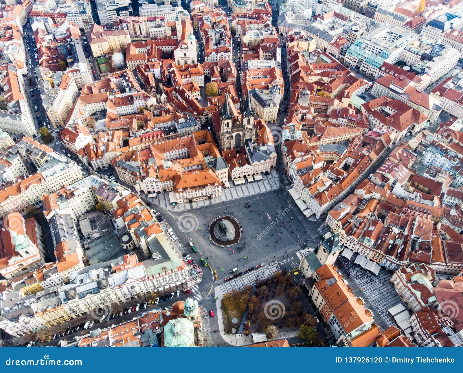 Alte Marktplatz-Tschechische Republik-Kirche Luftbrummenansicht Prags unserer Dame Before Tyn