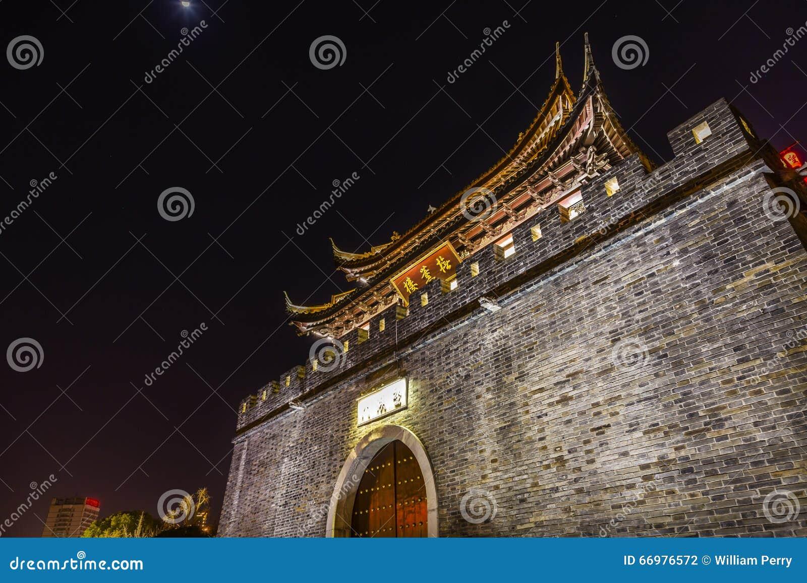 Alte Nacht Stadtmauer-Tor-Wasser-Kanal-Wuxis Jiangsu China