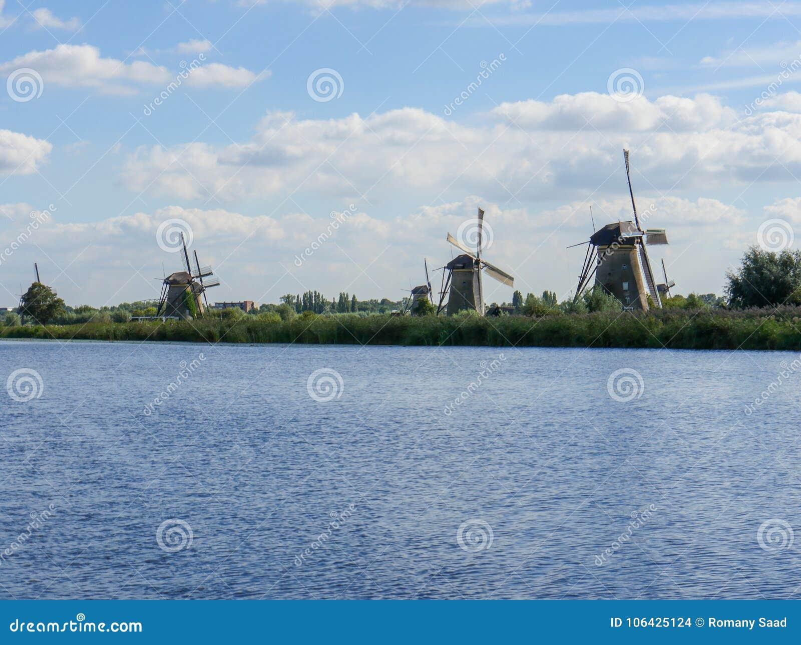 Alte niederländische Windmühle im schönen Schuss