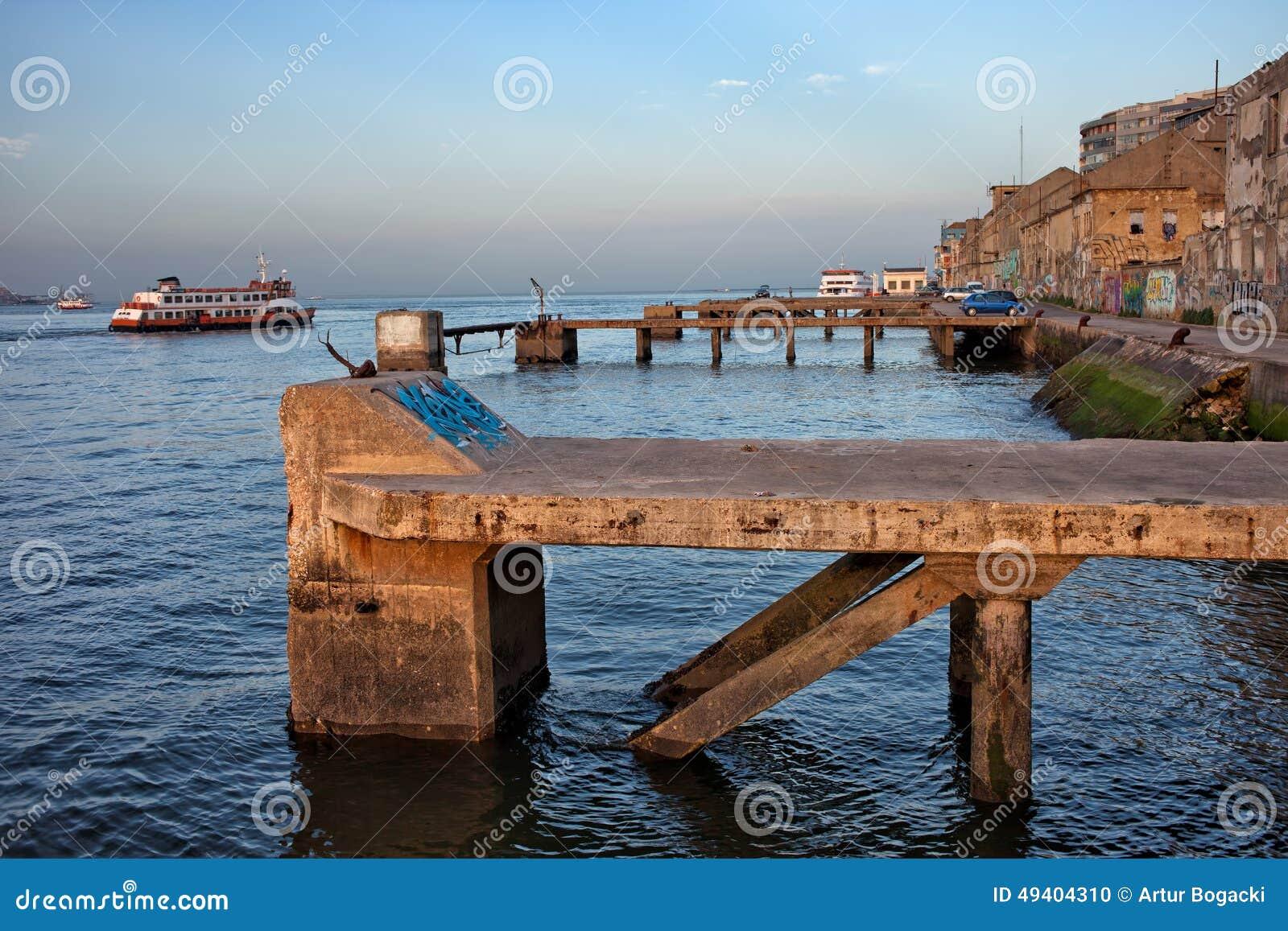 Download Alte Quay-Ufergegend In Almada Stockfoto - Bild von gebäude, fluß: 49404310