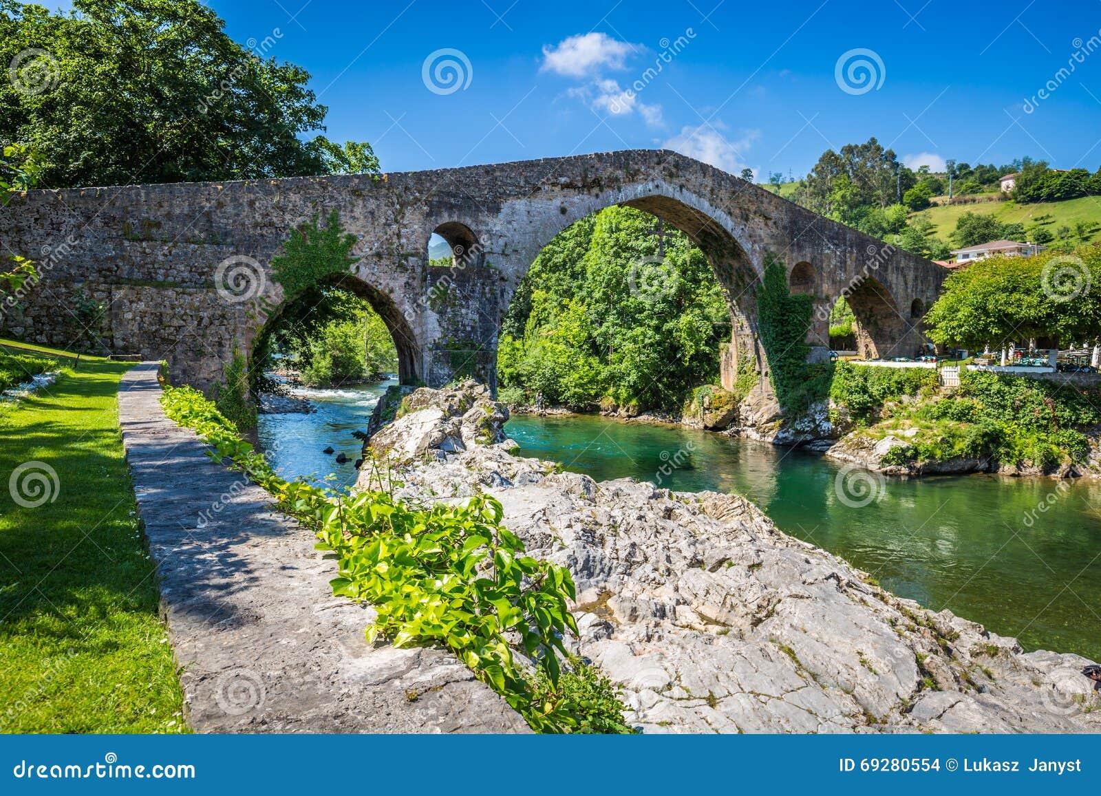 Alte römische Steinbrücke in Cangas de Onis (Asturien), Spanien