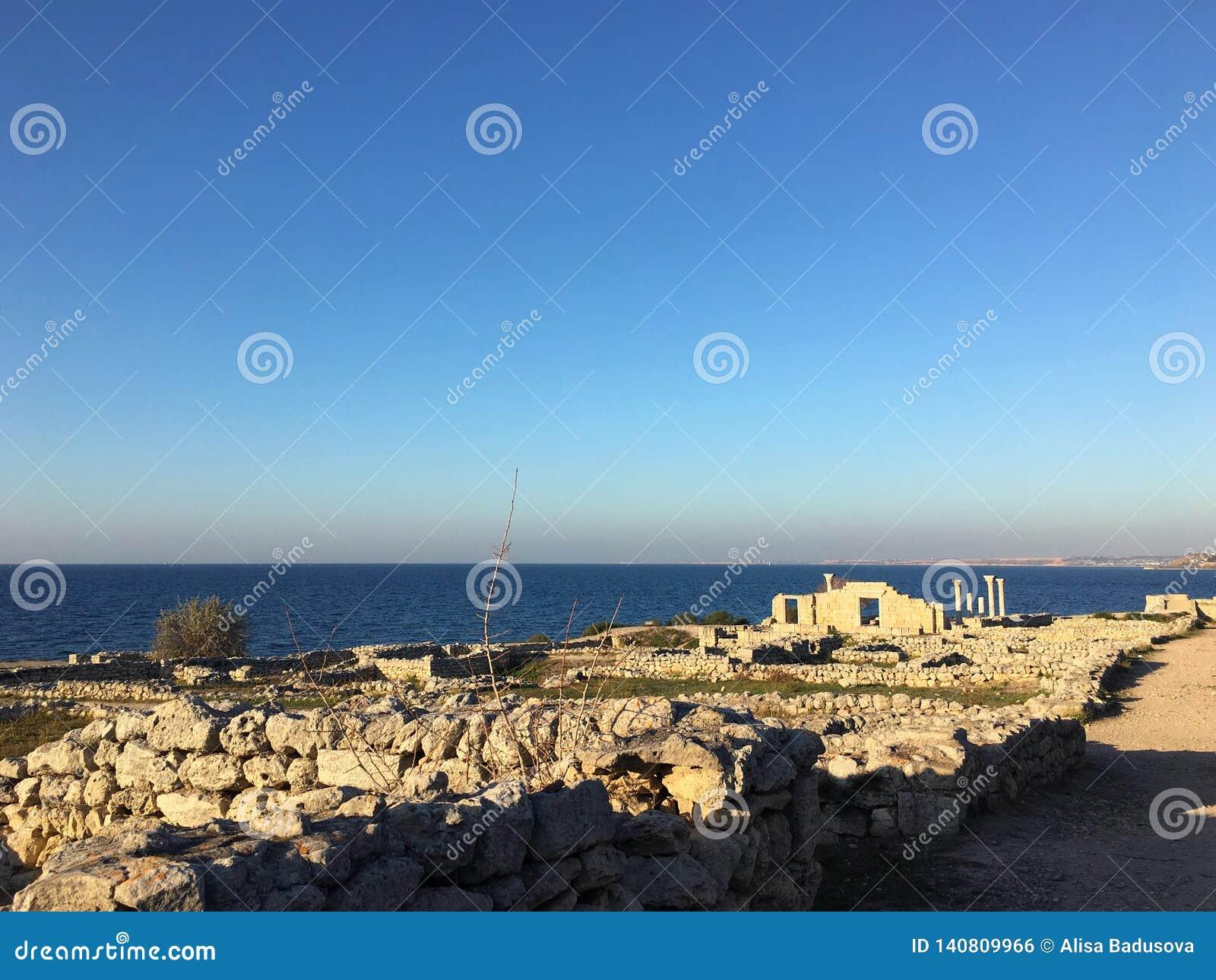 Alte römische Zeitstadt in Krim Antike Spalten der Archäologie auf Hintergrund des blauen Himmels