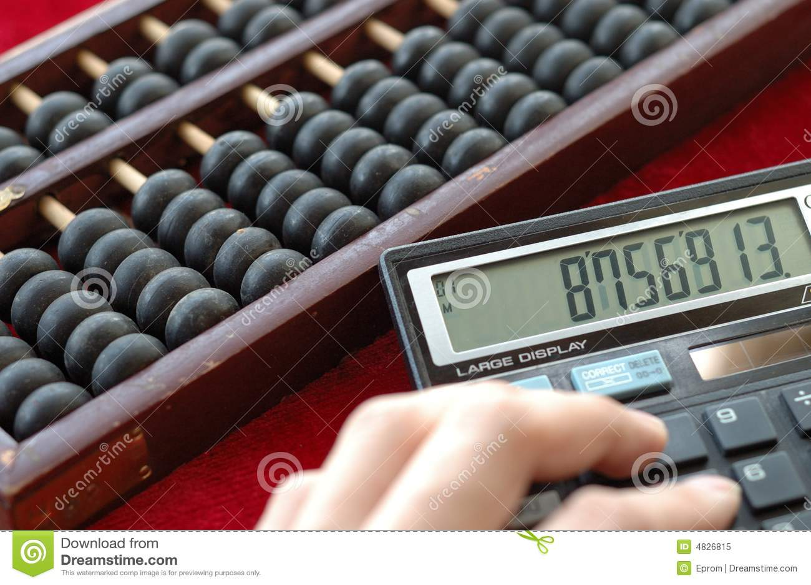 Alte Rechenmaschine und modernes calculat