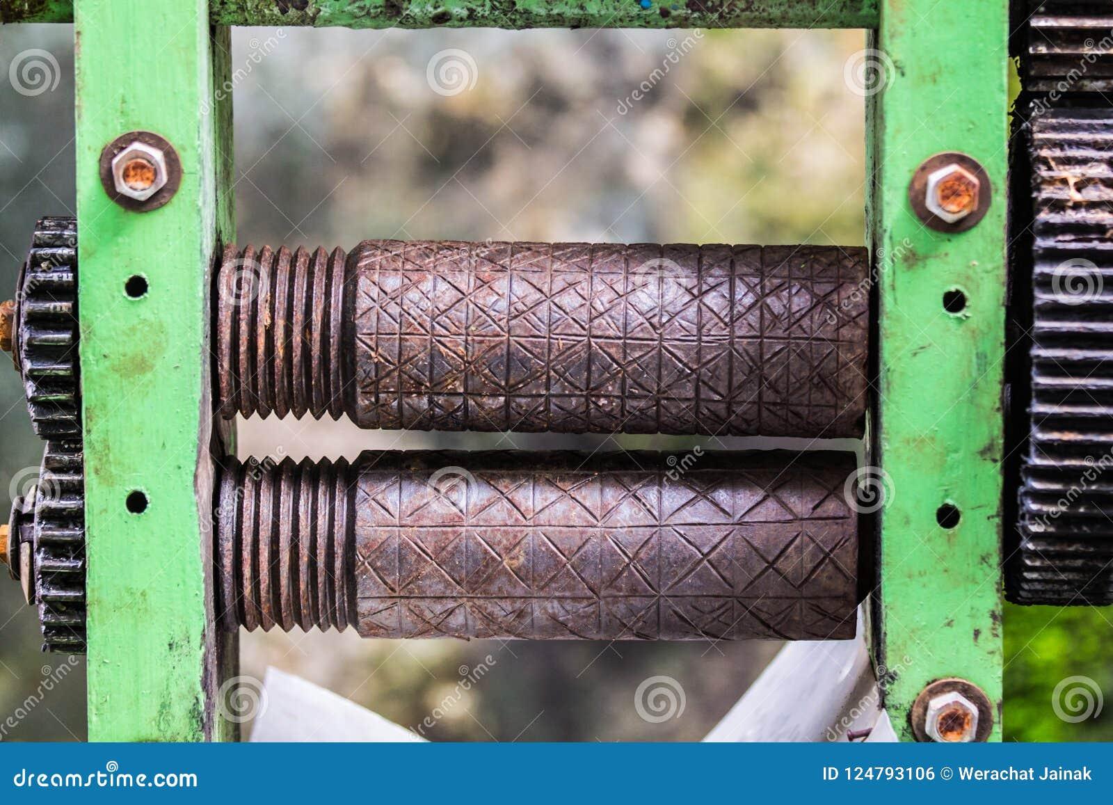 Alte rostige Achswelle des Zuckerrohrsaft-Maschinenhandbuches
