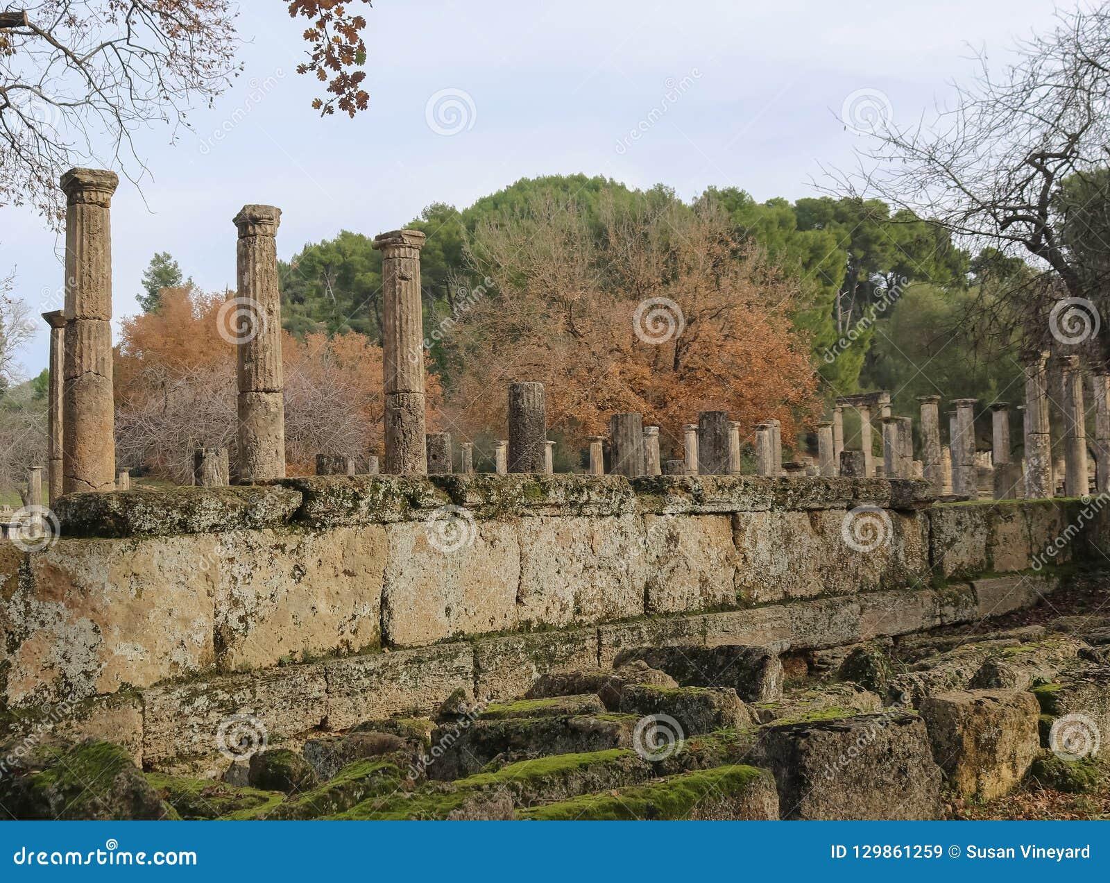 Alte Säulen, die noch bei altem Olymp Griechenland stehen, in dem die ersten Olympischen Spiele mit den gefallenen Wänden gehalte