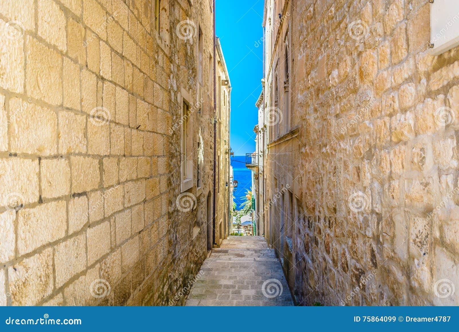Alte schmale Mittelmeerstraße in Kroatien