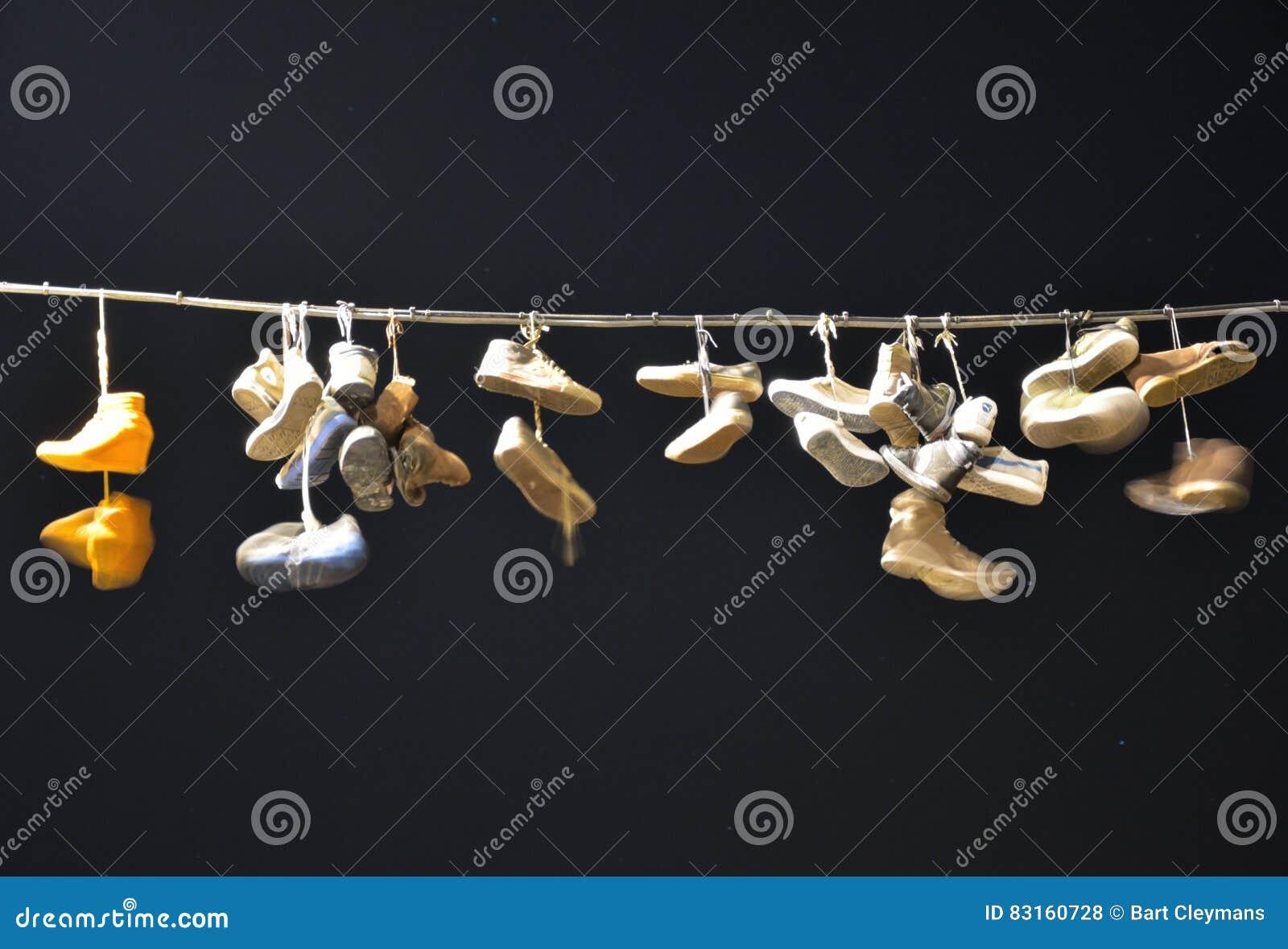Alte Schuhe, Die An Einem Draht Hängen Redaktionelles Stockfoto ...