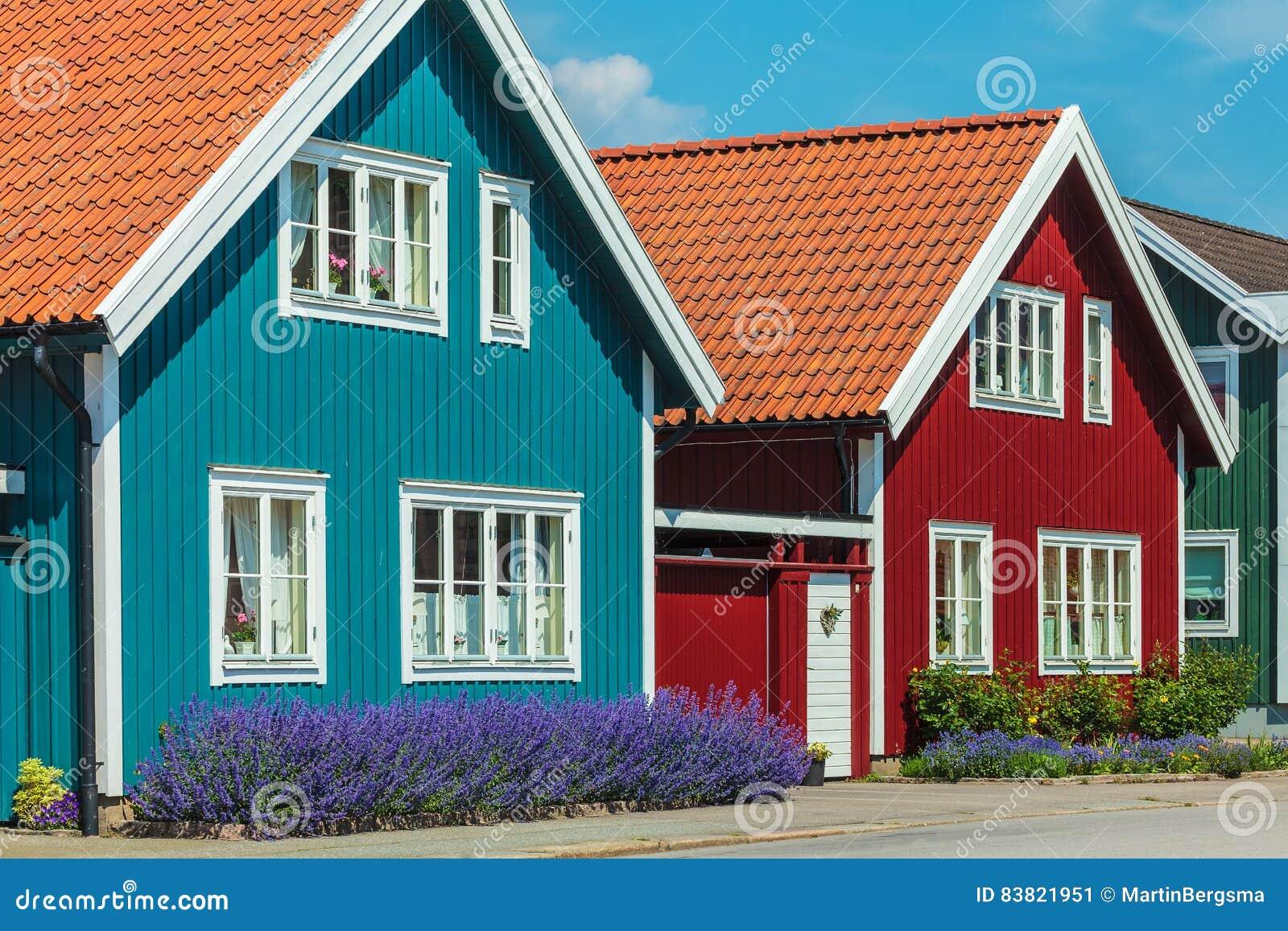 alte schwedische h user vor einem blauen himmel stockbild. Black Bedroom Furniture Sets. Home Design Ideas
