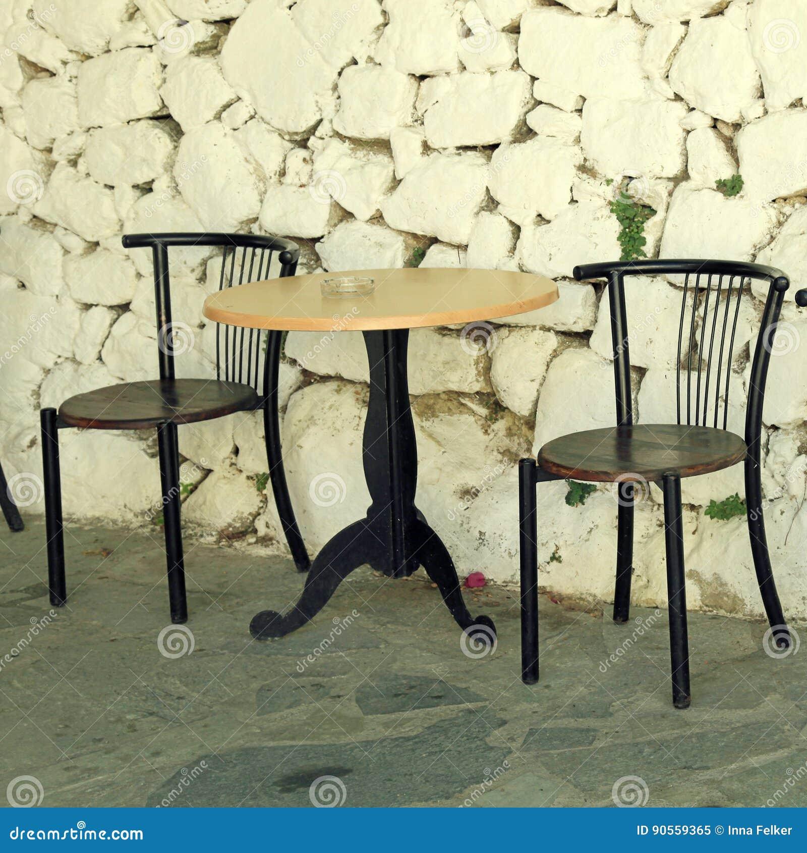 Download Alte Stühle Und Weiße Antike Steinwand Im Griechischen Dorf  Stockbild   Bild Von Haus,