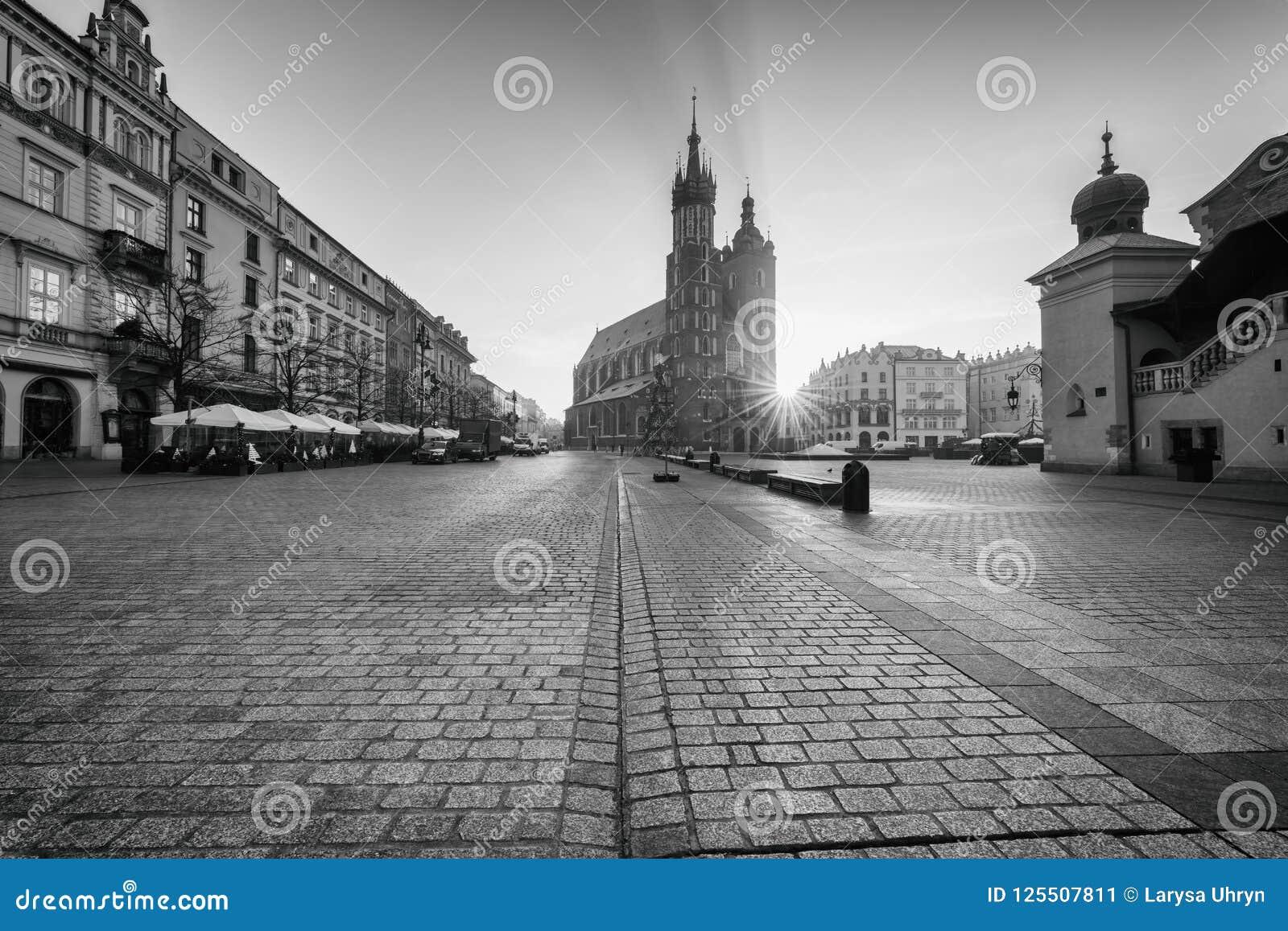 Alte Stadt Krakaus, Marktplatz mit St- Mary` s Kirche bei Sonnenaufgang, historisches Mittelstadtbild, Polen, Europa