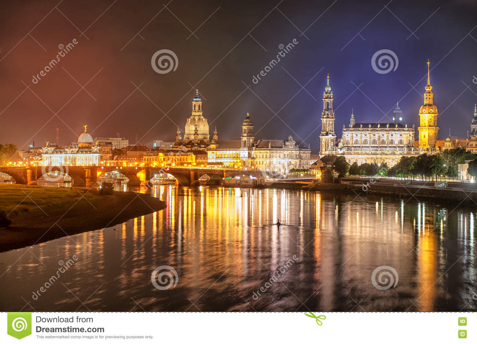 Alte Stadt von Dresden auf der Elbe nachts, Deutschland