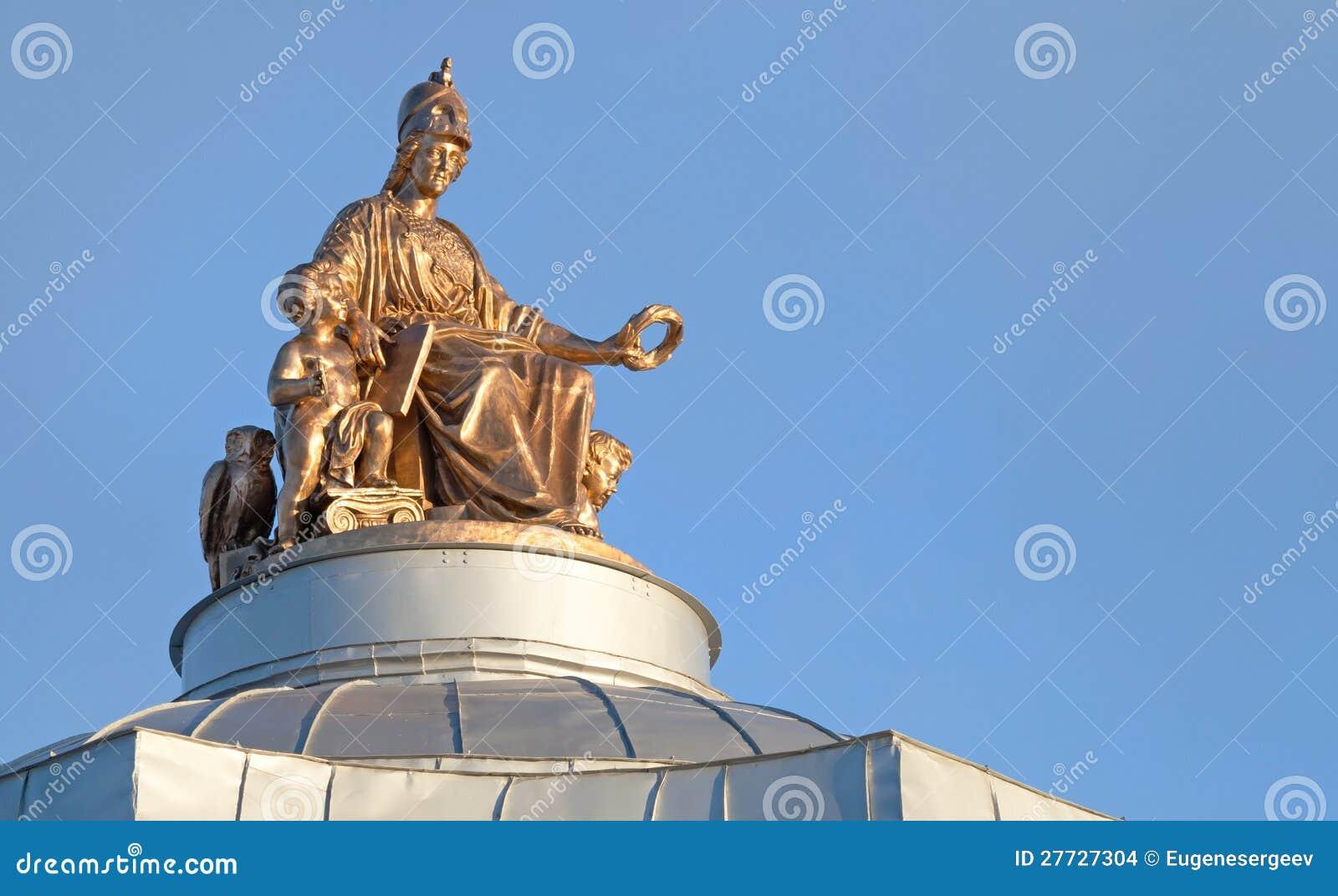 Alte Statue auf dem Dach in St Petersburg