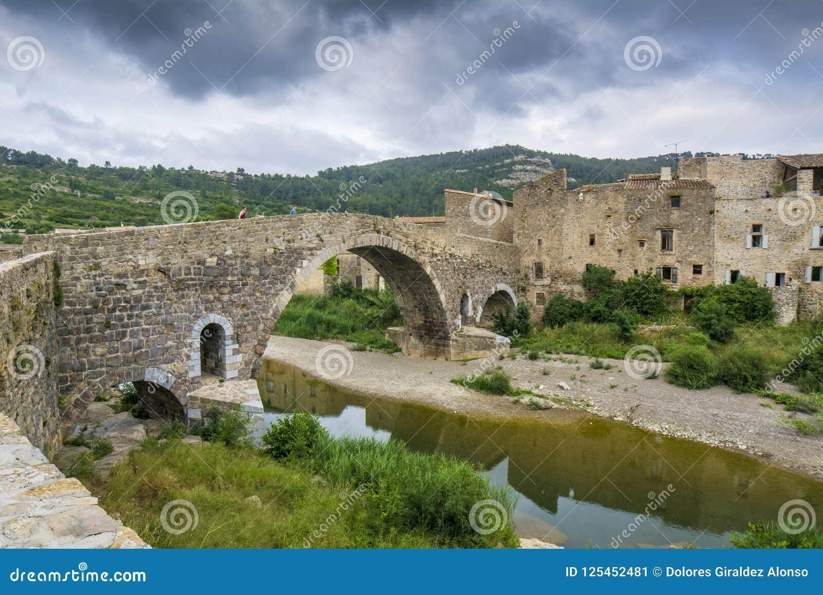 Alte Steinbrücke in Lagrasse in Languedoc, Frankreich