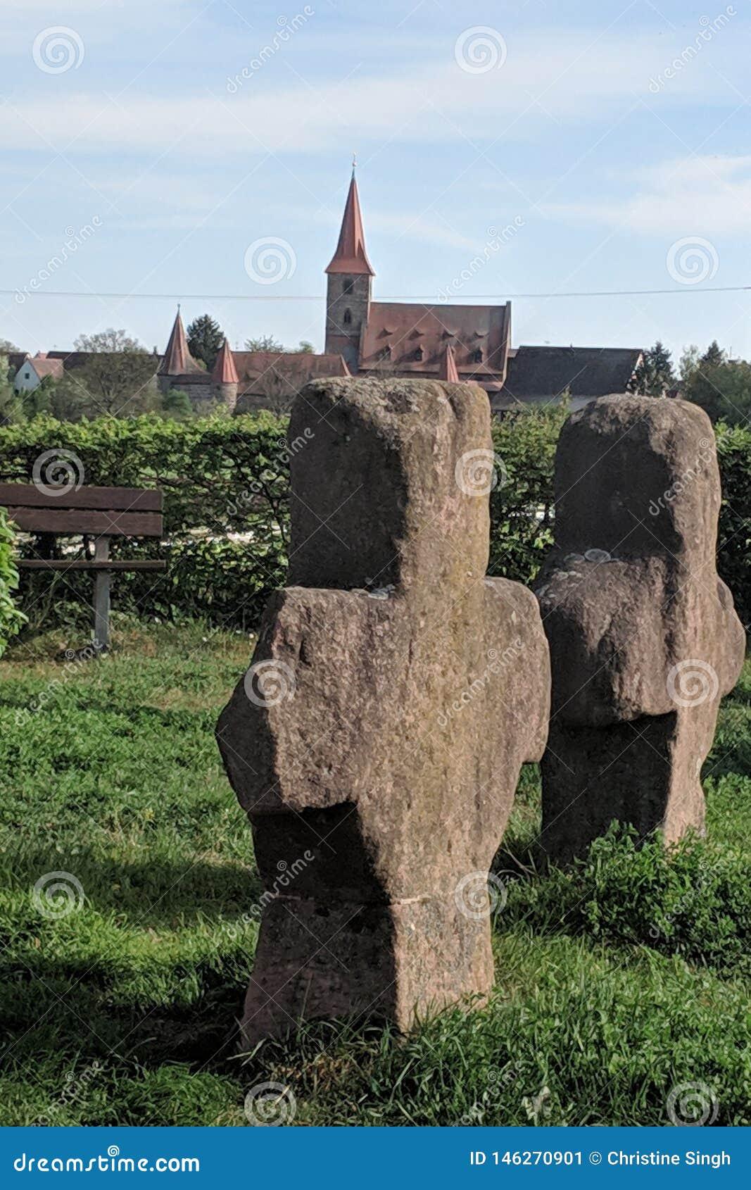 Alte Steinkreuze und in der Hintergrundkirche von Kraftshof