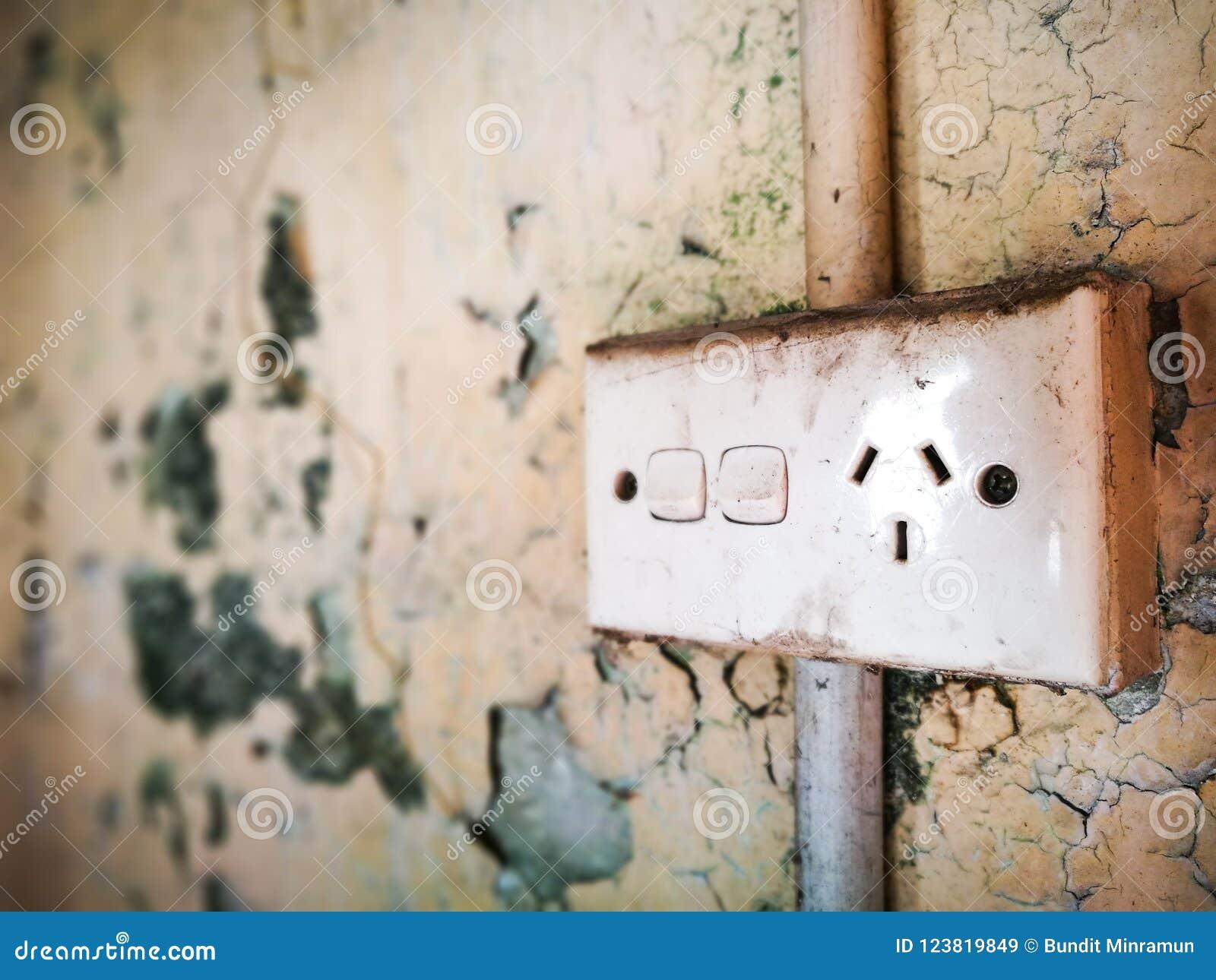 Alte und schmutzige Wand mit doppeltem StandardPower Point elektrisch in Australien