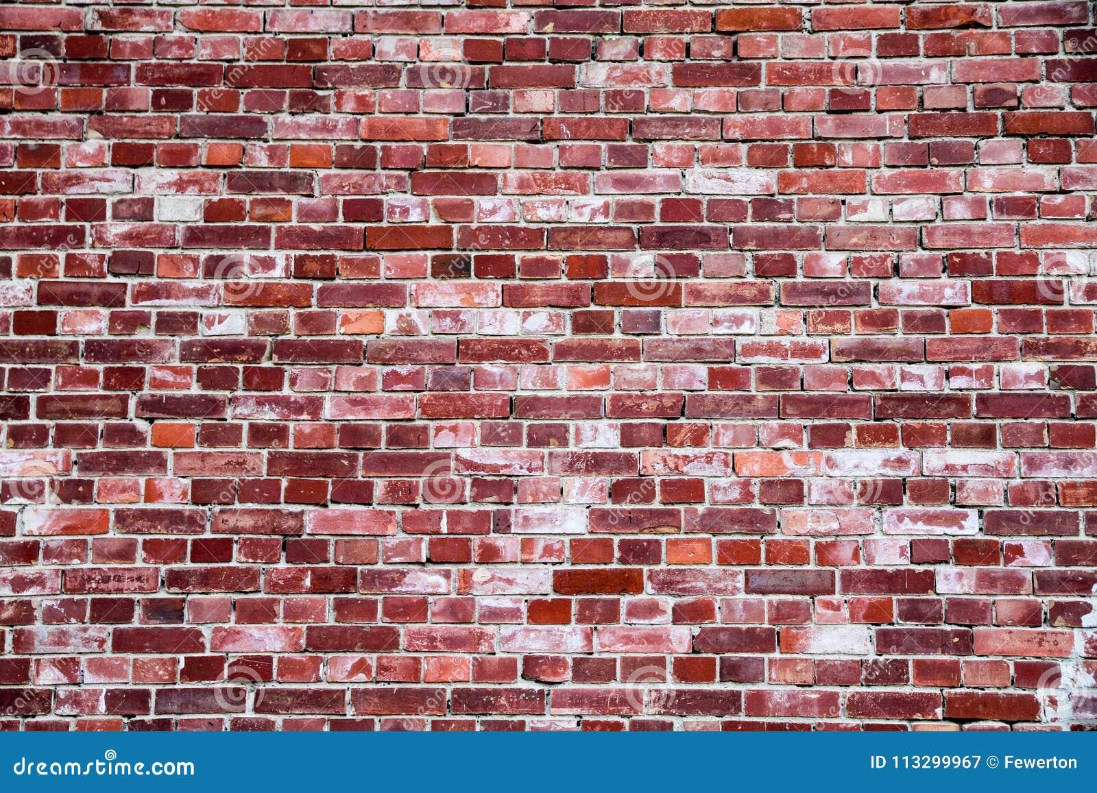 Alte und verwitterte einfache grungy Wand des roten Backsteins markiert durch die lange Aussetzung zu den Elementen als Beschaffe