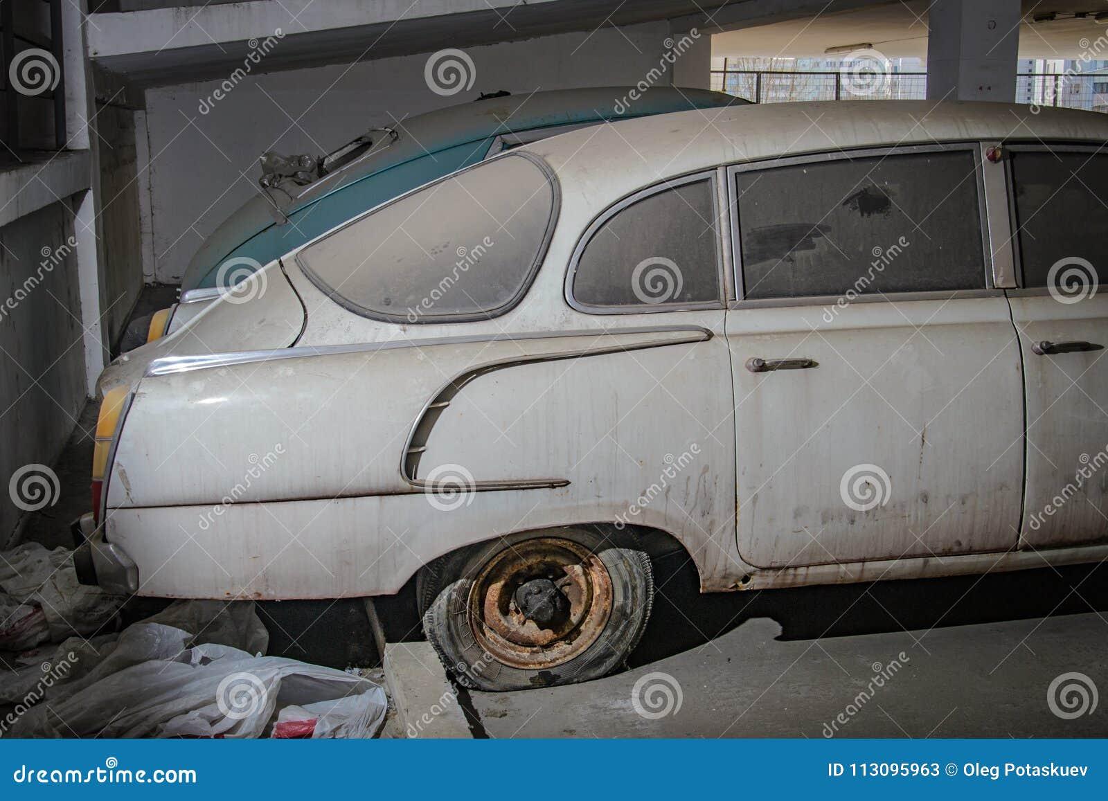 Alte verlassene Autos im Parkplatz