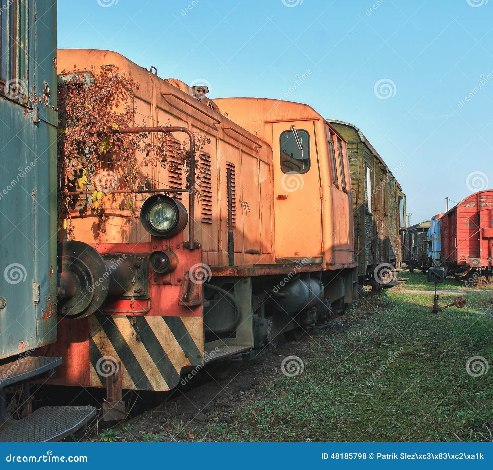Alte verlassene Züge am Depot am sonnigen Tag
