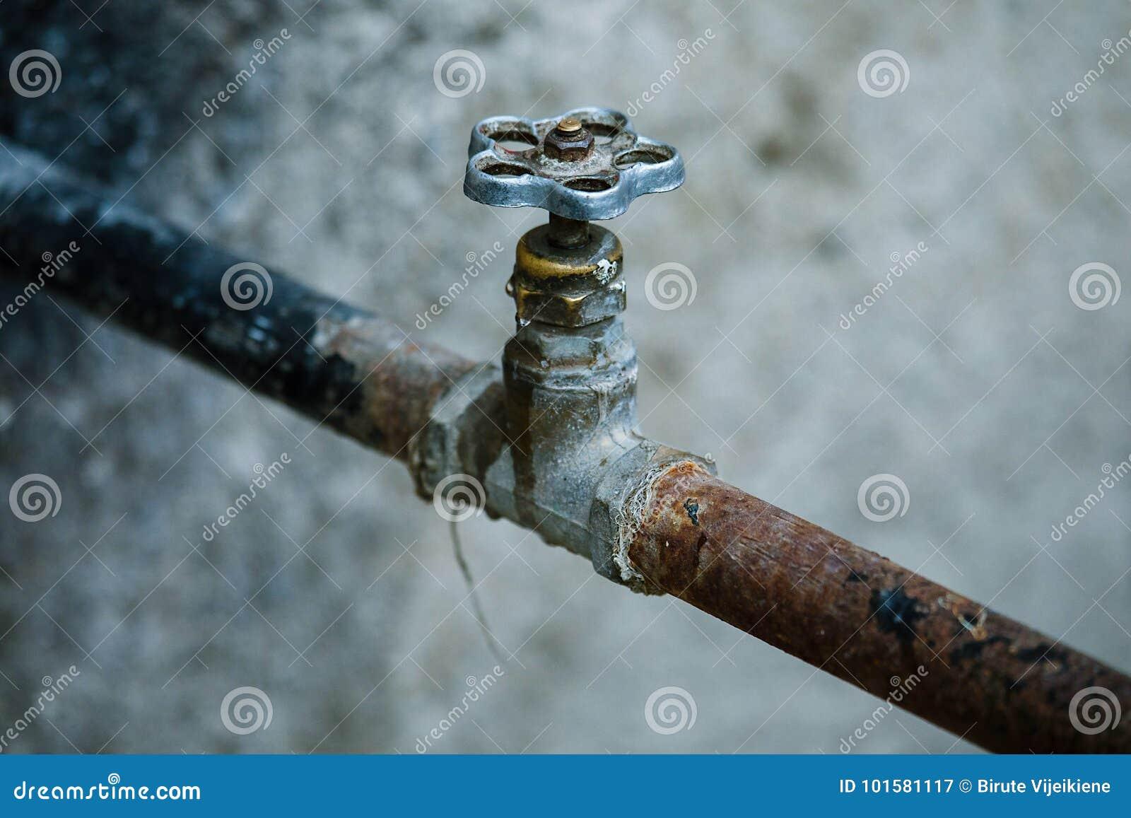 Alte Verrostete Wasserleitung Mit Ventil Stockbild - Bild von ...