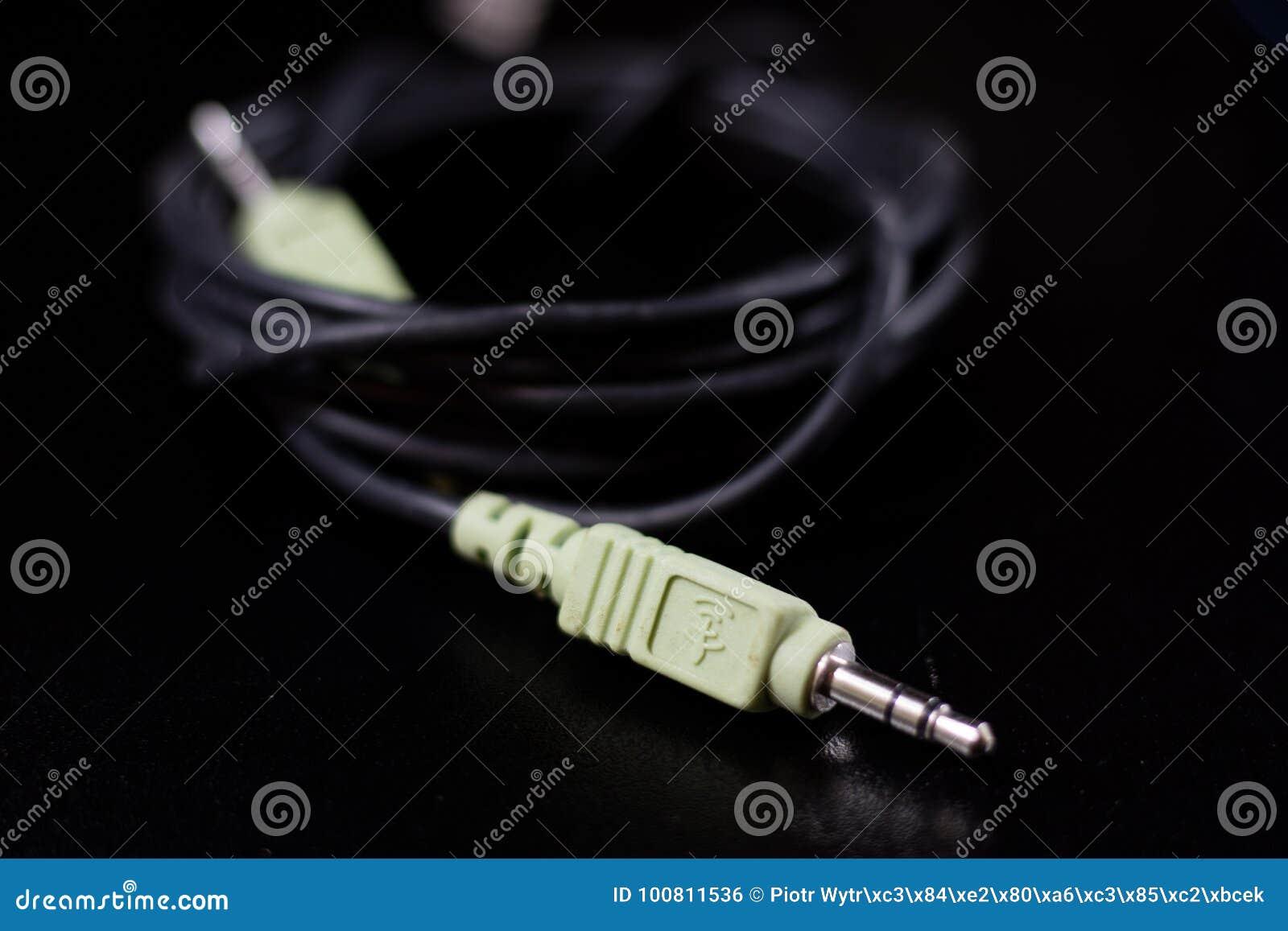 Alte verwickelte Kabel, Elektronik und alte Kabelverbindungsstücke auf a