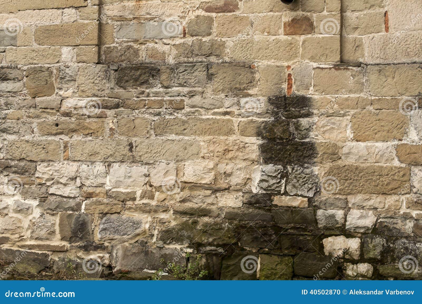 alte verwitterte kirche legen steine in den weg stockfoto - bild von