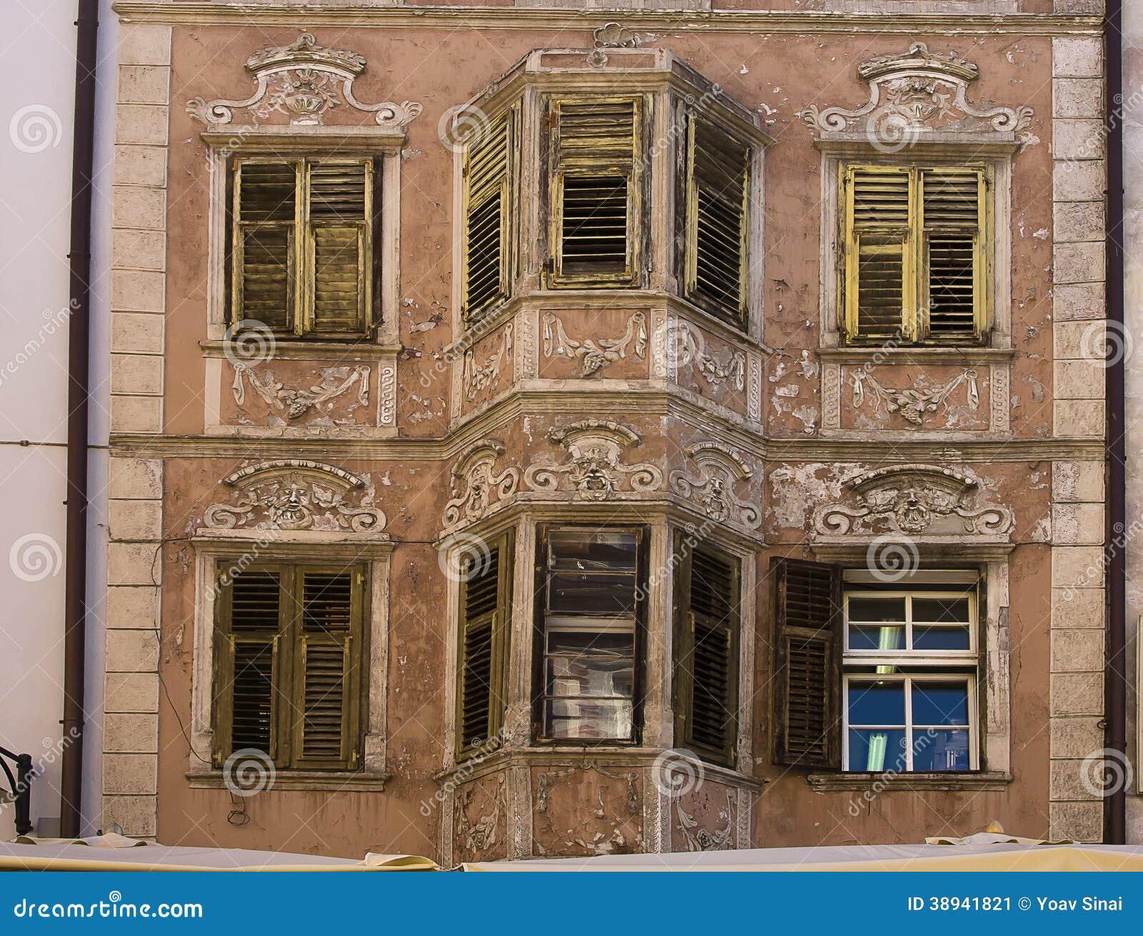 Alte verzierte fassade und fensterl den bozen italien - Alte fensterladen ...