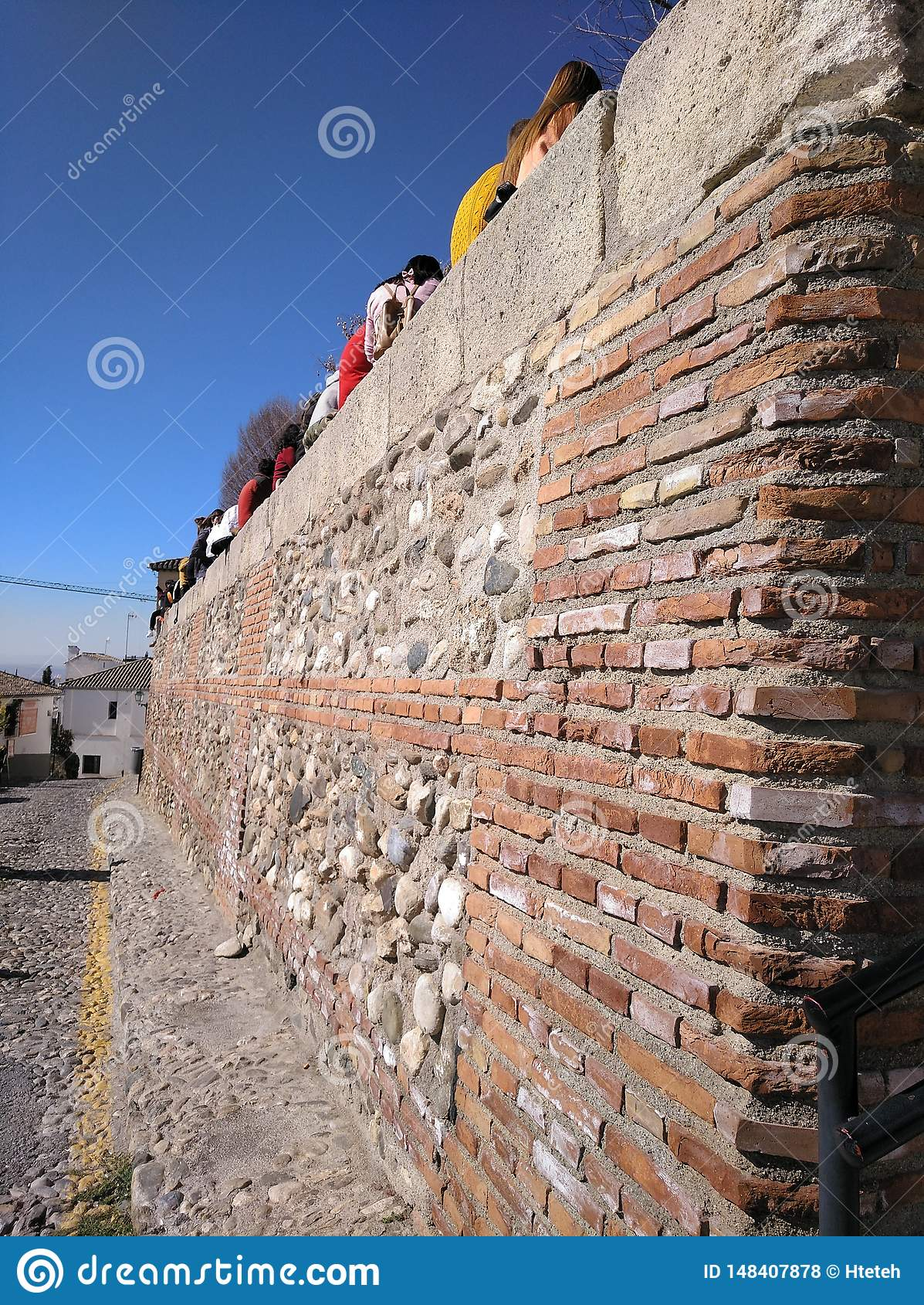 Alte Wand im Vordergrund