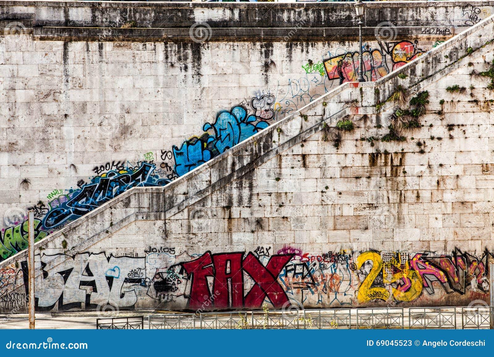 Alte Wand Mit Wandgemalden Und Graffito Treppenhaus Schone Alte