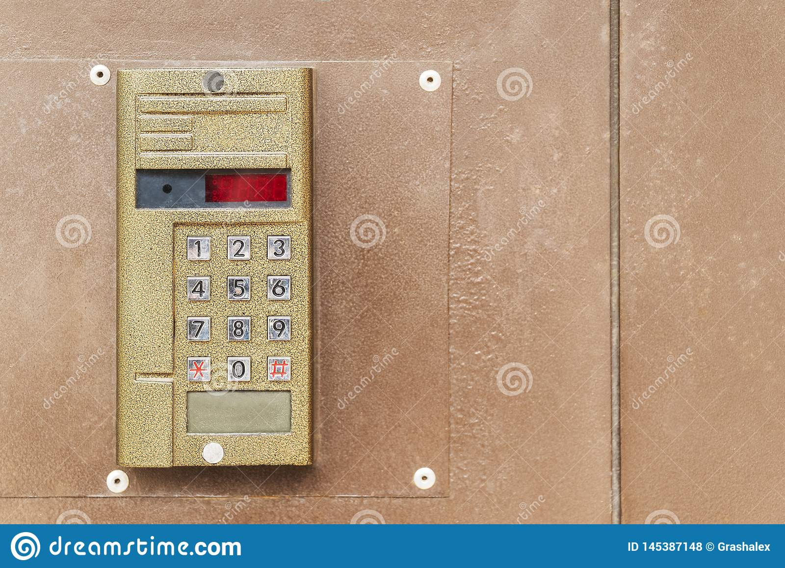 Alte Wechselsprechanlage auf der Tür